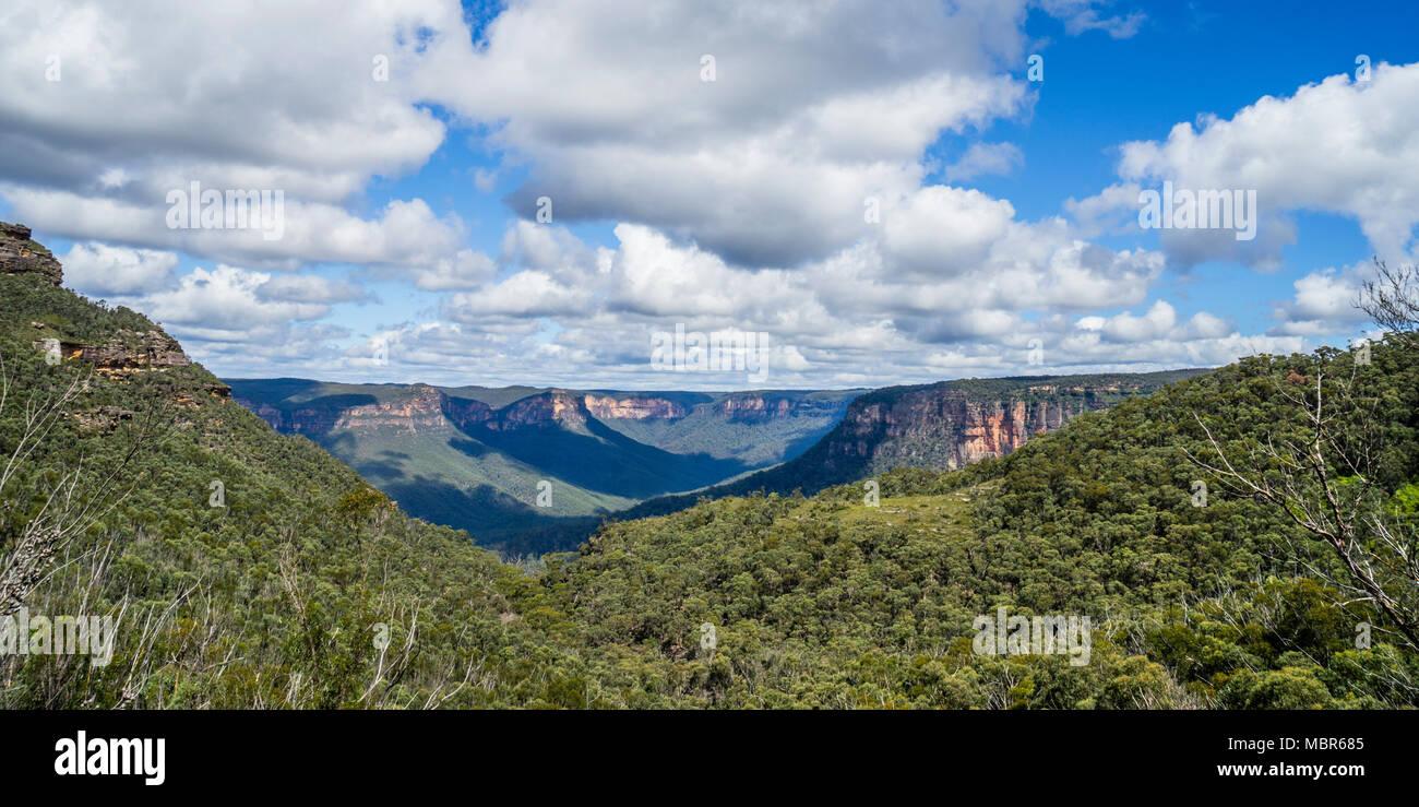 Blick auf das Grose Valley in den blauen Bergen von den Glocken der Straße auf der nördlichen Böschung des Explorer, Blue Mountains National P Stockbild