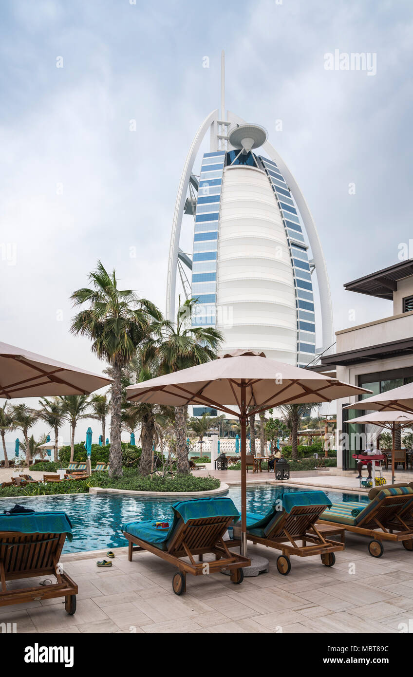 Das Burj Al Arab Hotel am Jumeirah Beach, Dubai, Vereinigte Arabische Emirate, Naher Osten. Stockbild