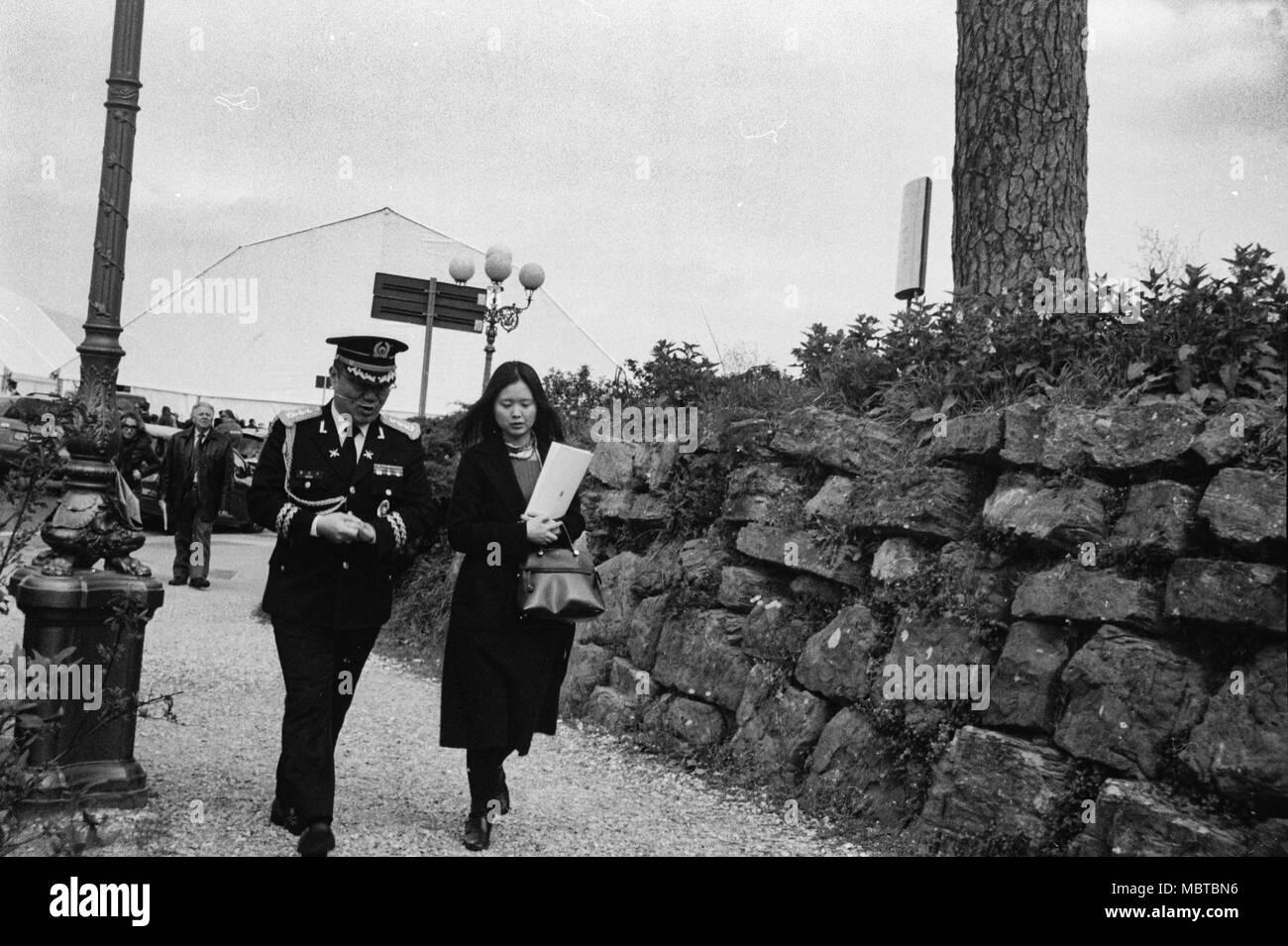 Junge Militär allgemein und seiner asiatischen Frau trat der Luftfahrt Kräfte Frecce Tricolori 93th Jahrestag. Piazzale Michelangelo, Florenz. Italien Stockbild