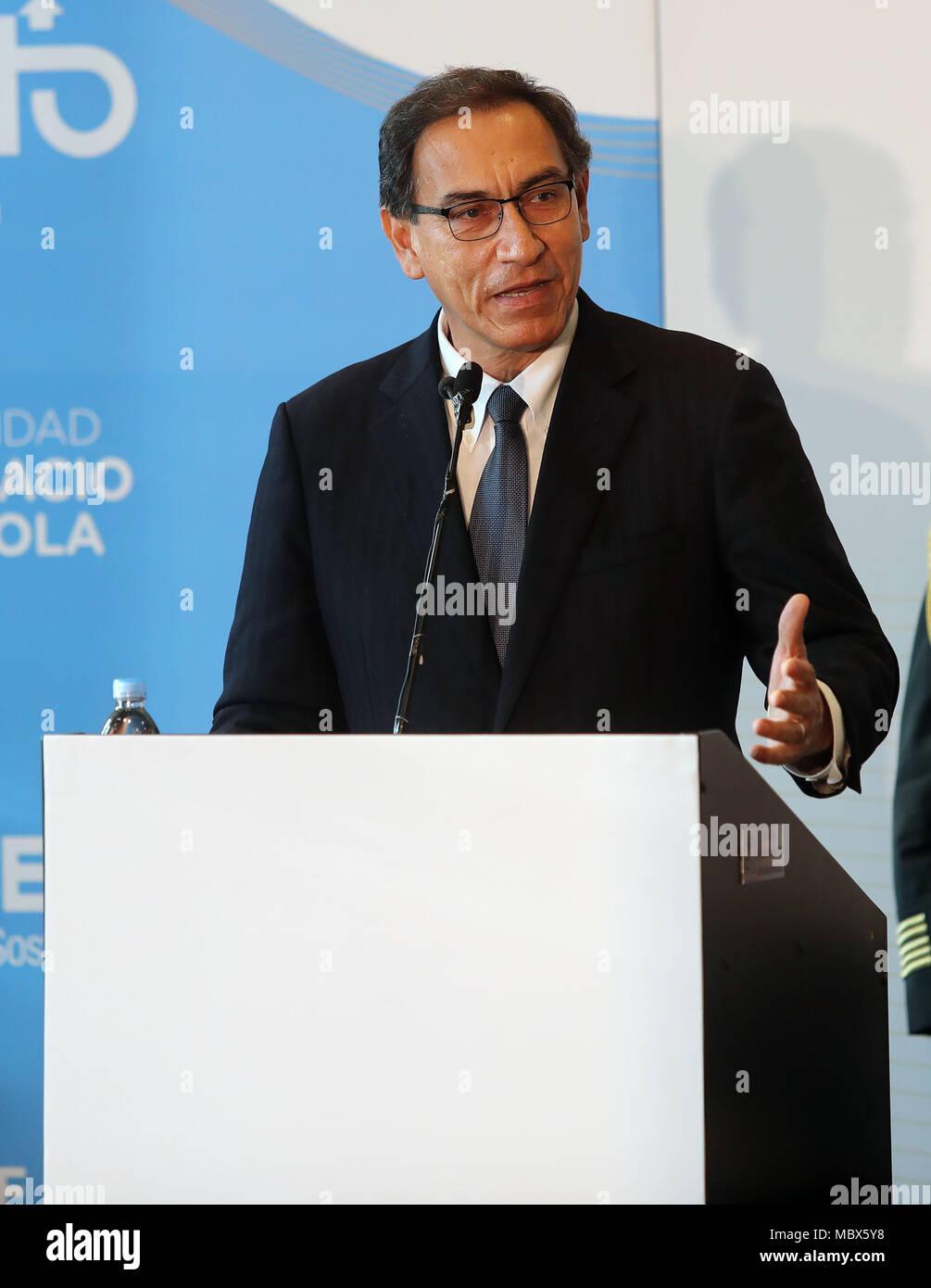 Peruanische Präsident Martin Vizcarra (L) nimmt Teil am Forum der Jugend, als Teil der Gipfel der Amerikas in Lima, Peru, 11. April 2018. EFE/Ernesto Arias Stockbild
