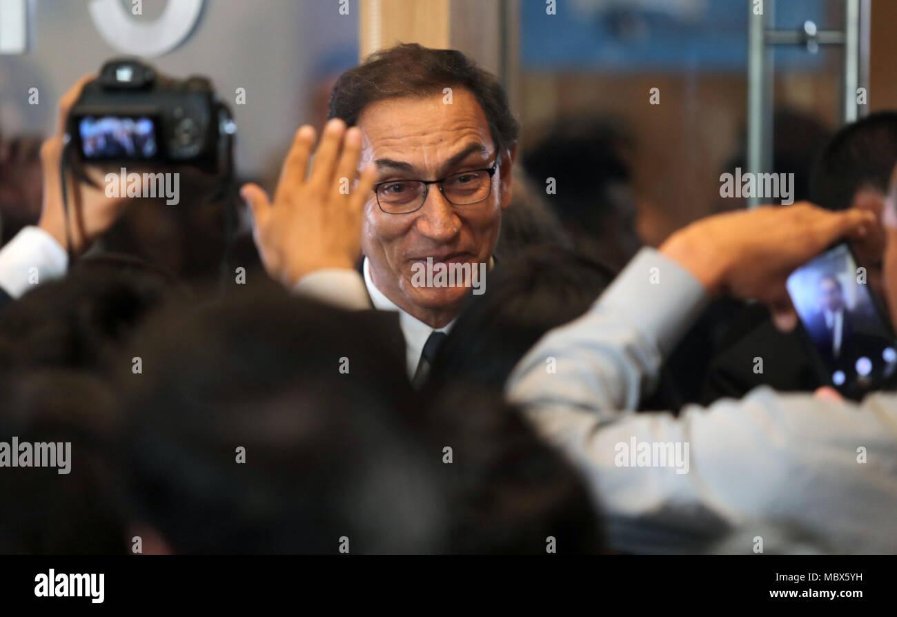 Peruanische Präsident Martin Vizcarra (C) stellt für die Medien im Forum der Jugend, als Teil der Gipfel der Amerikas in Lima, Peru, 11. April 2018. EFE/Ernesto Arias Stockbild