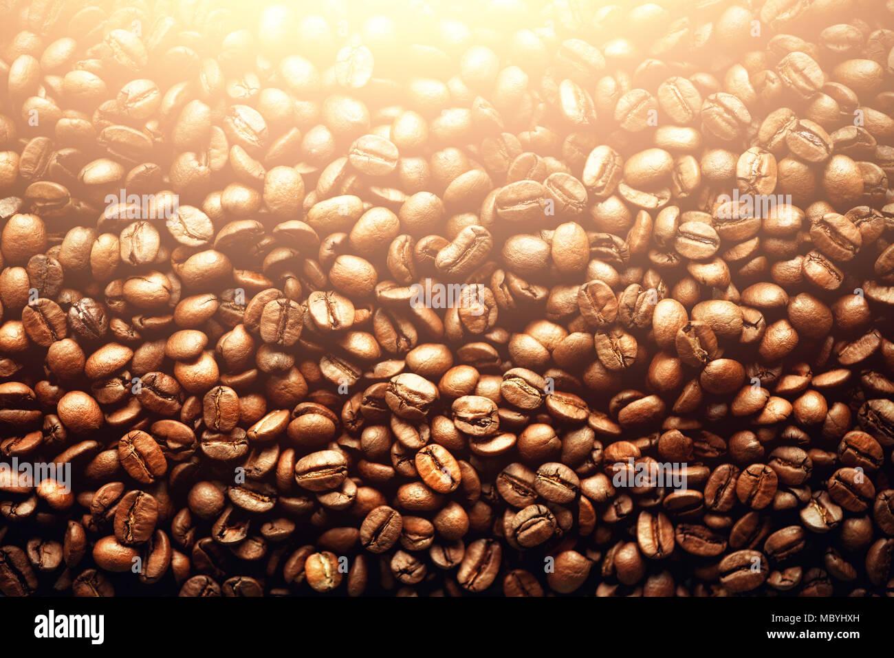 Geröstete Kaffeebohnen Hintergrund, Kopieren, Ansicht von oben. Cappuccino, Espresso, Schwarz aroma Koffein trinken, Zutat für Kaffee trinken. Makro schießen Stockbild