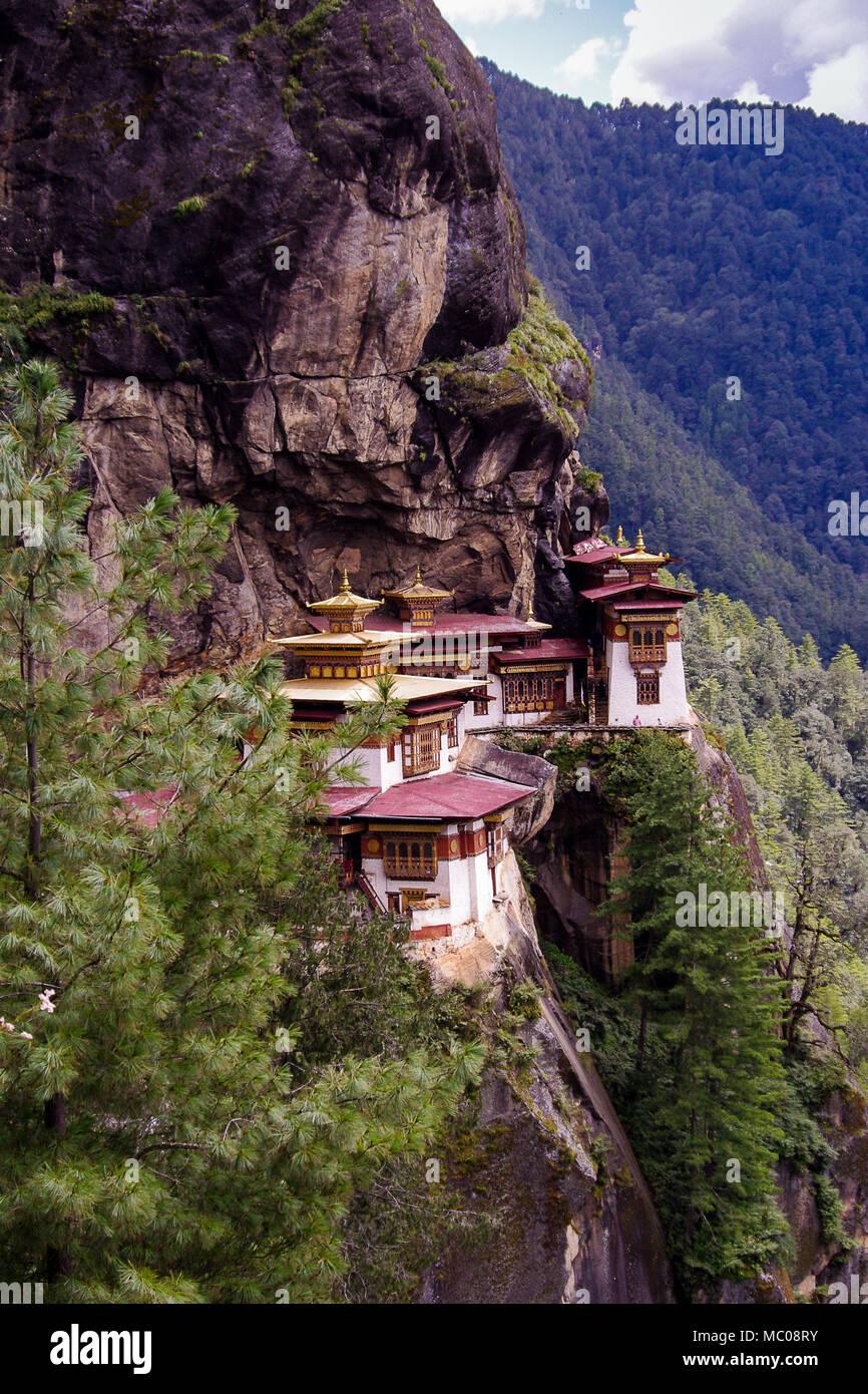Taktsang Kloster oder Palphug's Tiger Nest: Rot und Gold Dächer, auf den Klippen des oberen Paro Tal thront, Bhutan Stockfoto