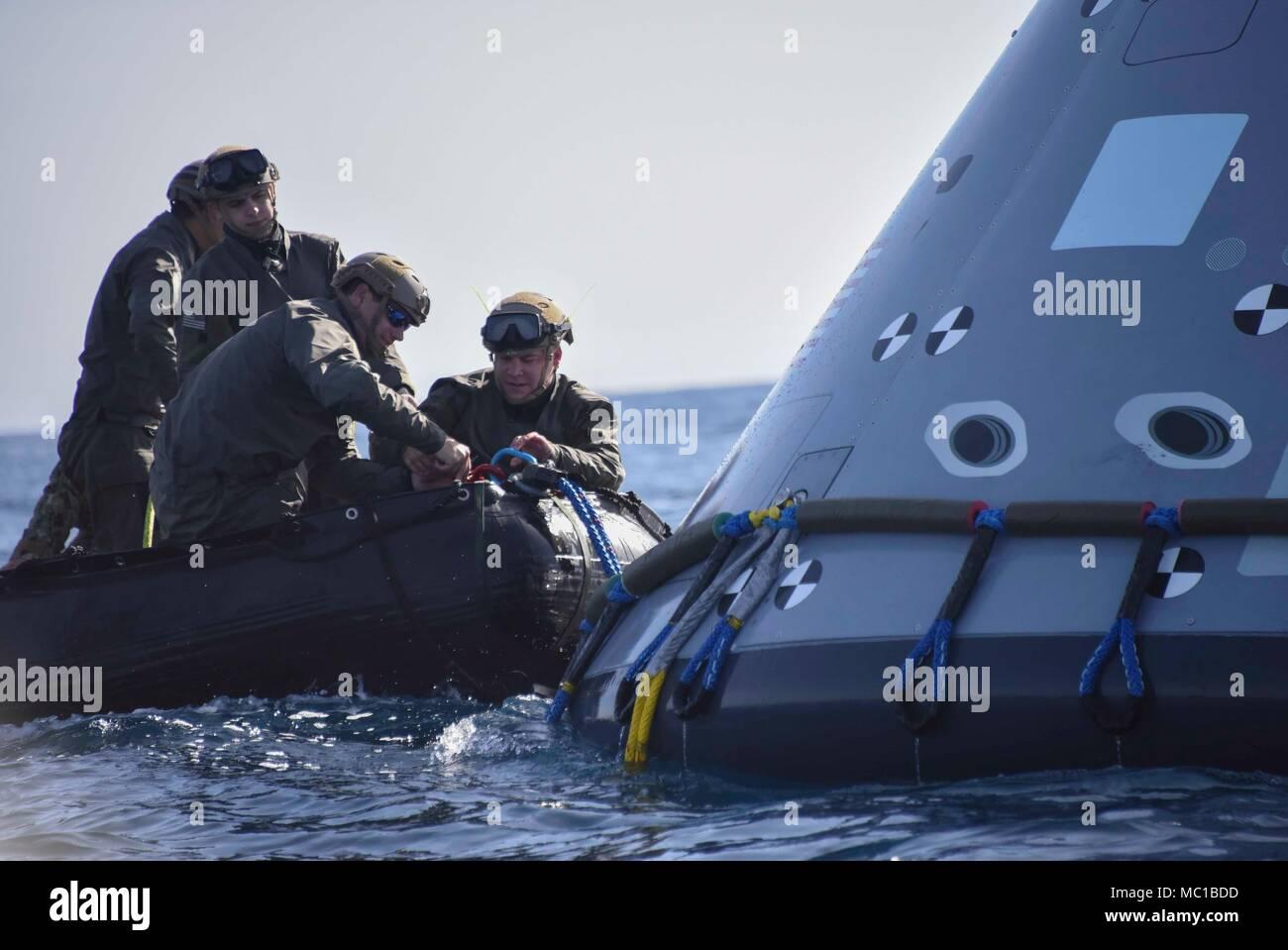 180121-N-ZZ 513-057 PAZIFISCHEN OZEAN (Jan. 21, 2018) Marine Taucher ...