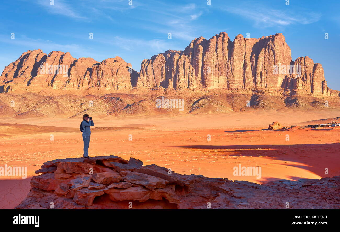 Touristen in der Wüste Wadi Rum, Jordanien Stockbild
