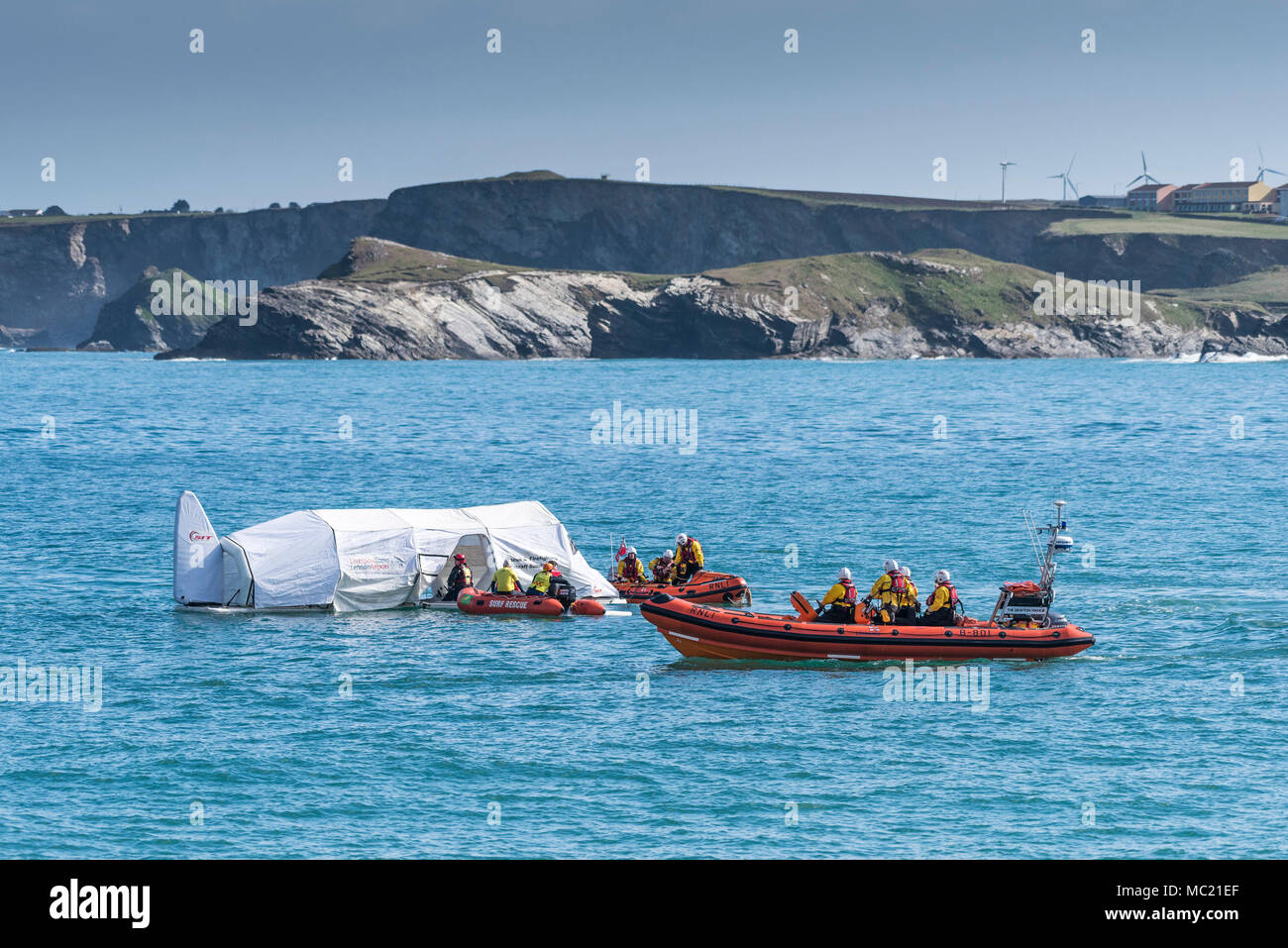 Eine Rettung und Brandbekämpfung Flugzeuge Simulator auf dem Meer schwimmende und in einem GMICE (Gute Medizin in anspruchsvollen Umgebungen) Major Incident verwendet wird Stockbild