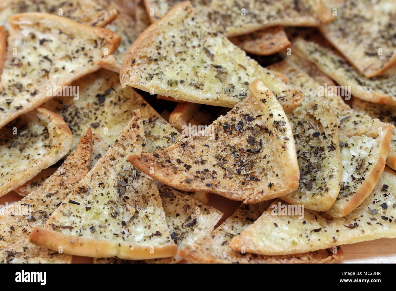 Hausgemachte würzige Pita Chips, Makro, Vollbild mit selektiven Fokus. Stockbild