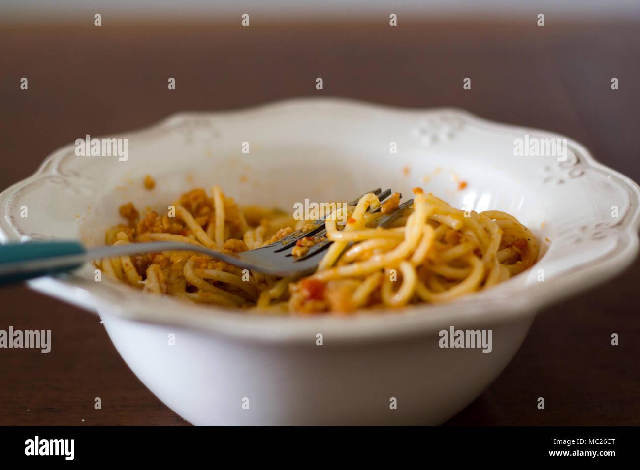 Schüssel spaghetti Pasta mit Gabel oben Stockfoto