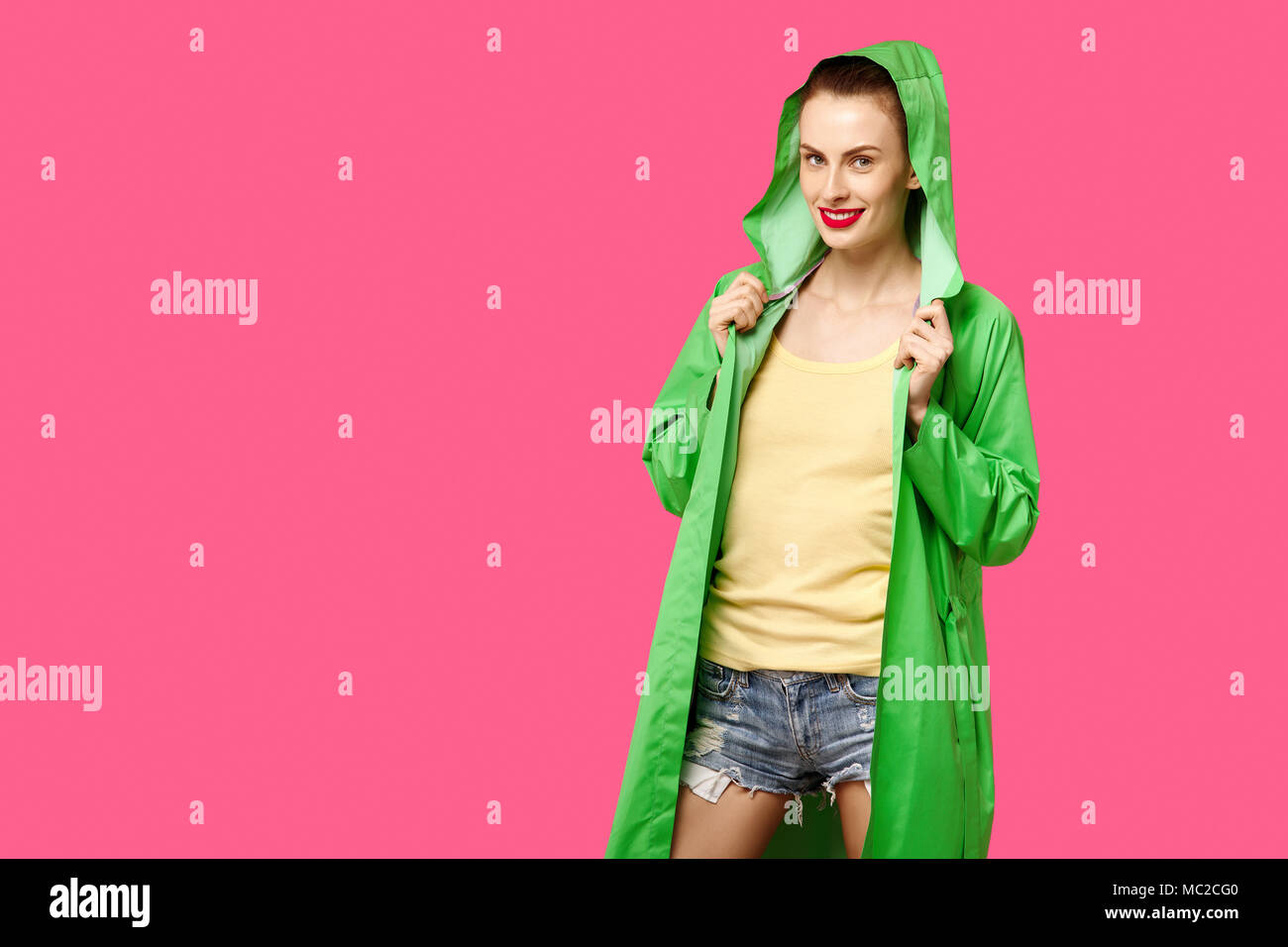 Junge Einem In Hintergrund Frau Grünen Mantel Auf Rosa Einen R345jLqA
