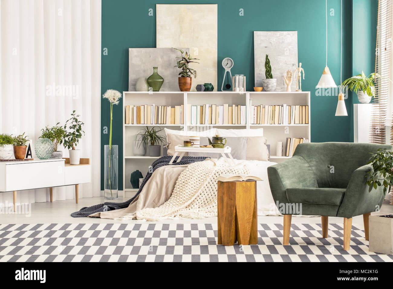 Grüne Sessel neben einem hölzernen Stuhl im Schlafzimmer Einrichtung ...