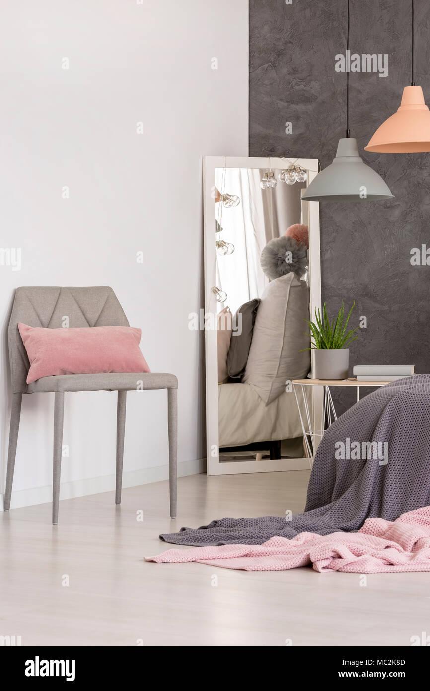 Spiegel Stand In Der Ecke Ein Helles Schlafzimmer Innenraum Mit Strukturierten Wand Und Pastelltonen Leuchten Stockfotografie Alamy