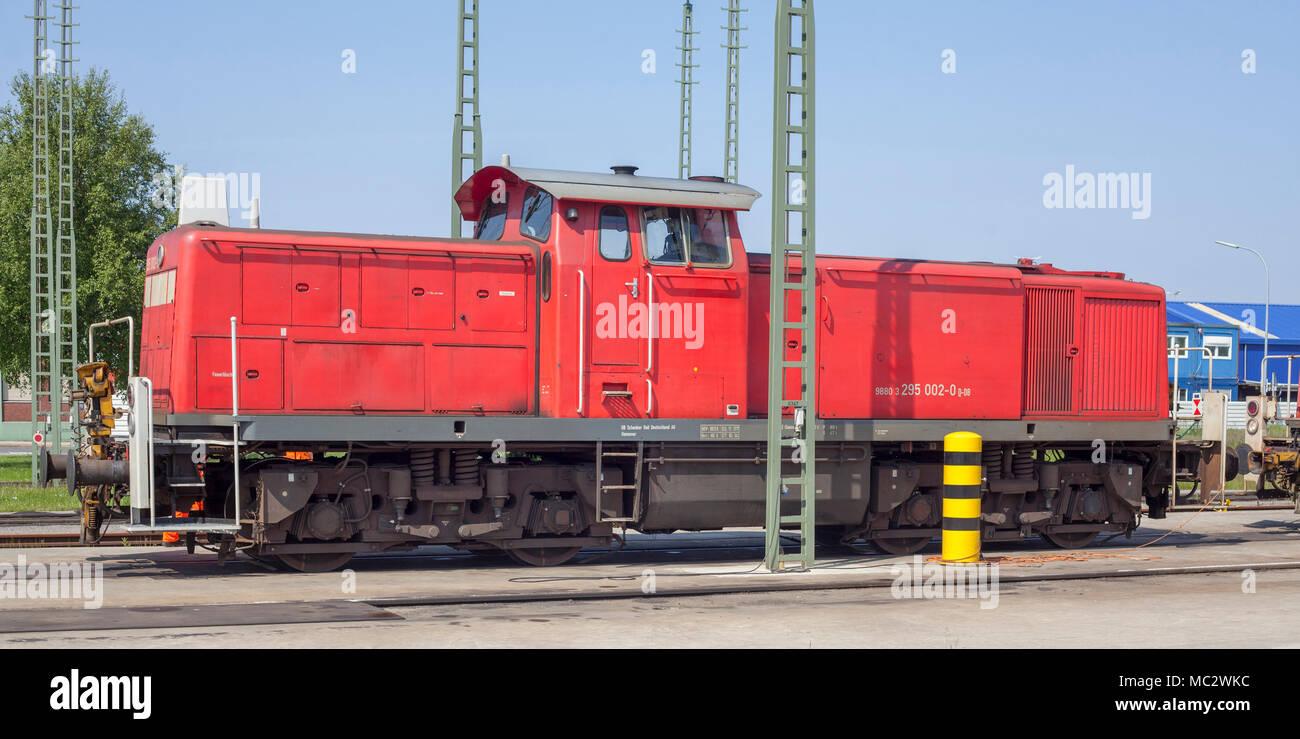Roter Diesel Lokomotive in Hafen, Bremerhaven, Deutschland, Europa ich Rote Diesellokomotive im Hafen, Bremerhaven, Bremen, Deutschland Stockbild