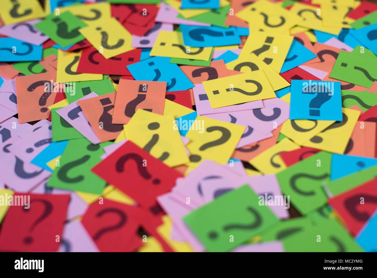 Bunte Papier mit Fragezeichen als Hintergrund. Geheimnis, Vielfalt, Fragen Konzept Stockbild