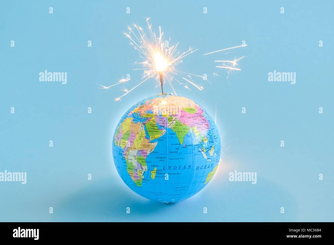 Globus Granate auf Blau minimal kreatives Konzept isoliert Stockbild