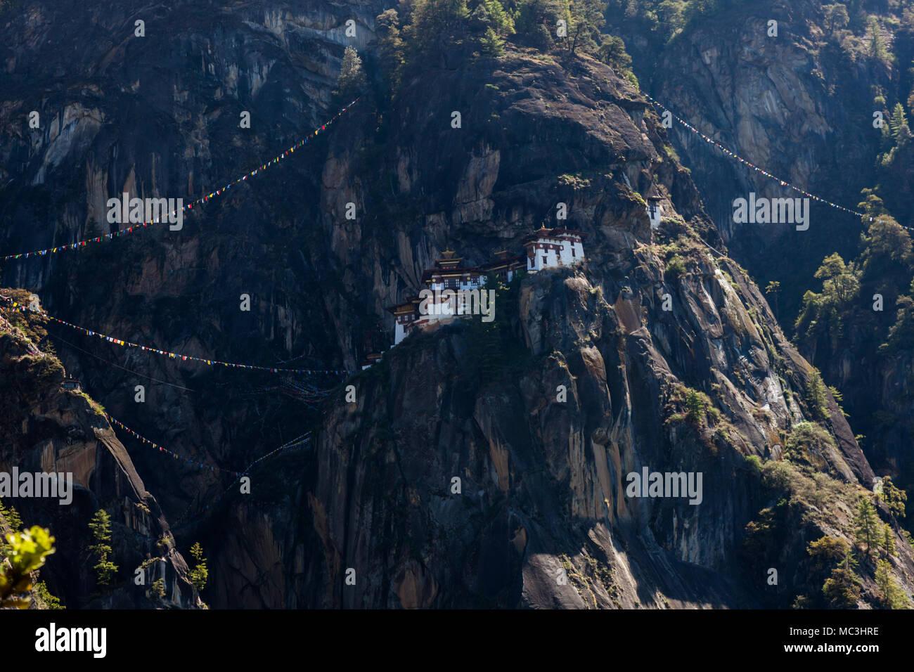 Paro Taktsang des aka Tiger Nest ist ein altes Kloster auf einer Klippe auf einem Berg in Paro, Bhutan gelegen Stockfoto