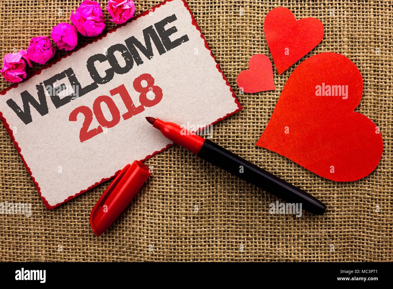 Wort schreiben Text Willkommen 2018. Business Konzept für Feier neue Feiern Wünsche für die Zukunft erfreuliche Wunsch Karton Stück geschrieben die Jute backgrou Stockbild