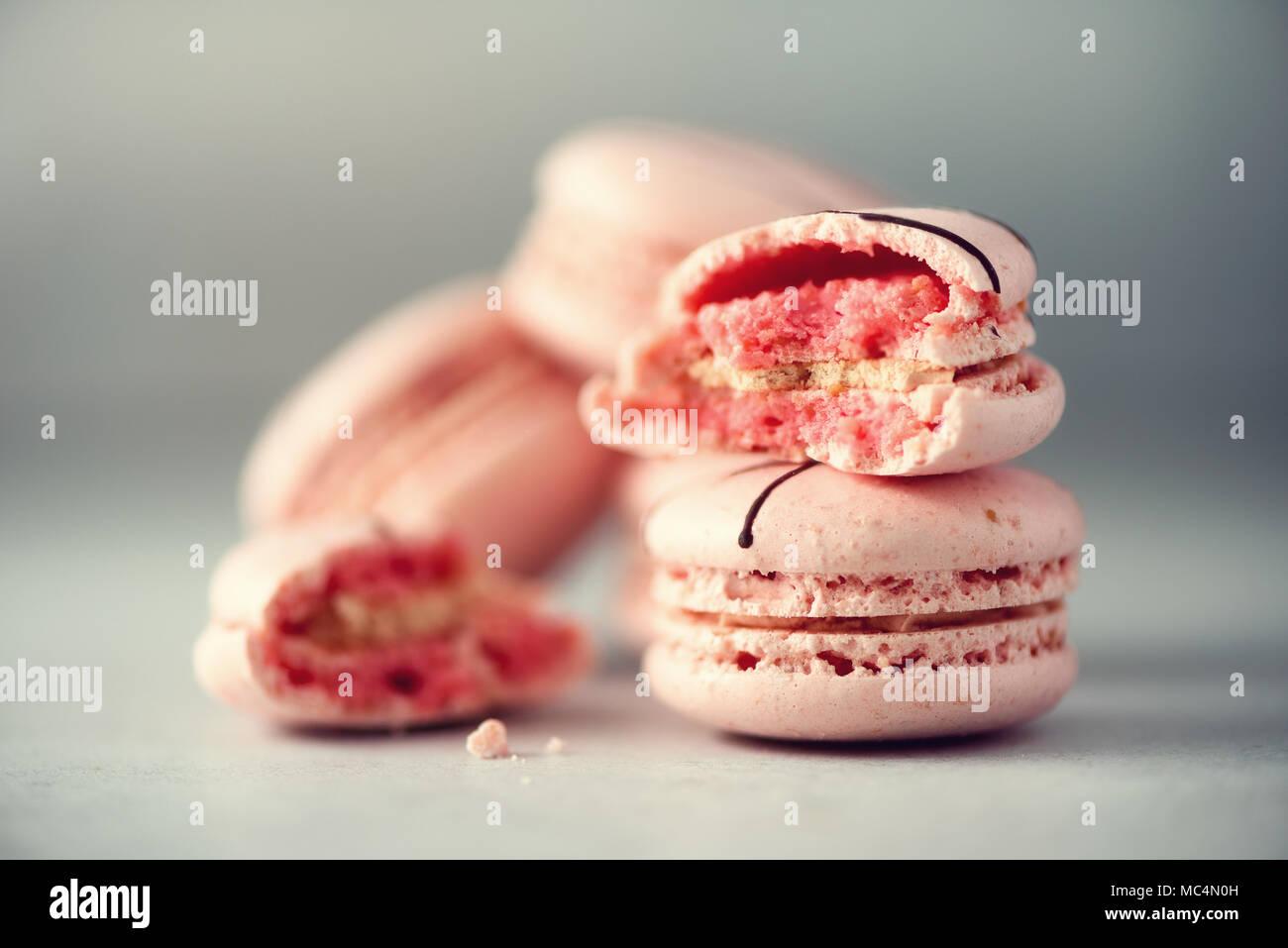 Rosa französische Makronen. Pastellfarben macarons mit Kopie Raum, Ansicht von oben. Feiertage und Feste Konzept. Süßes Geschenk für Frau, Mädchen Stockbild