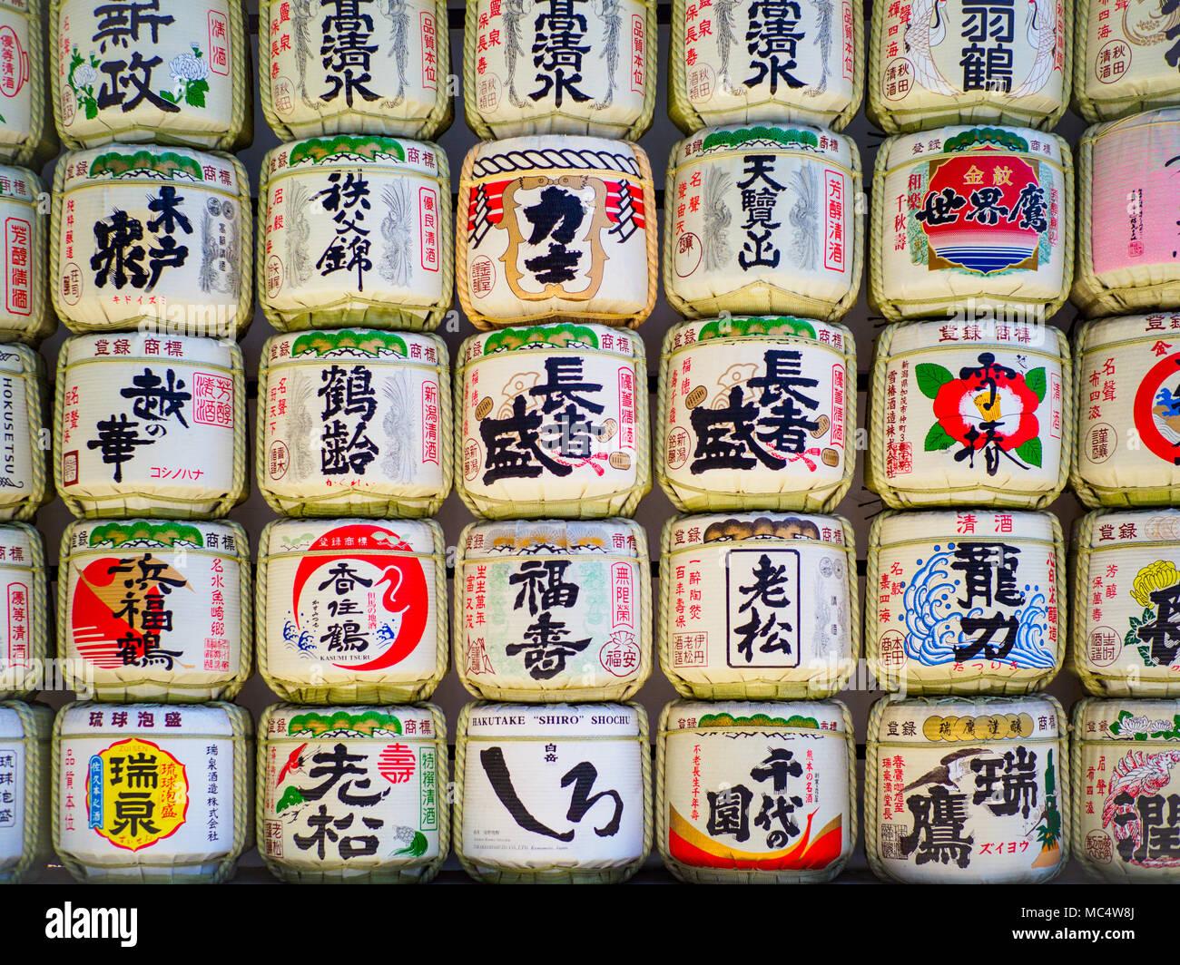 Sake Fässer an der Meiji Jingu-Schrein in Tokio, Japan Stockbild