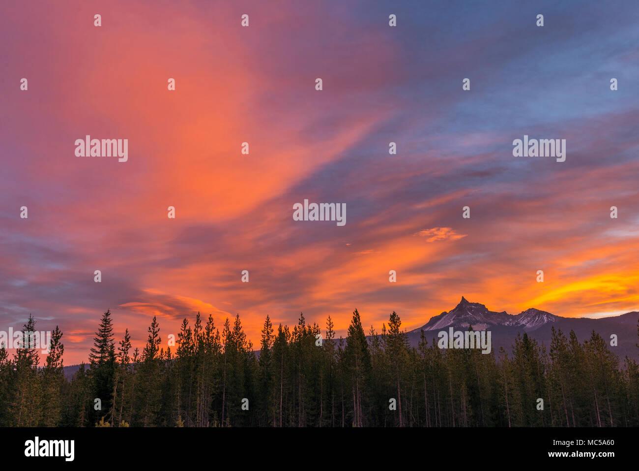 Dawn, Mount Thielsen, Mount Thielsen Wüste, Umpqua National Forest, Oregon Stockbild
