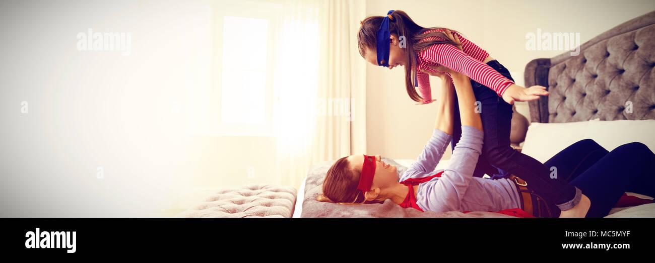 Mutter und Tochter spielen Super Heroes Stockfoto