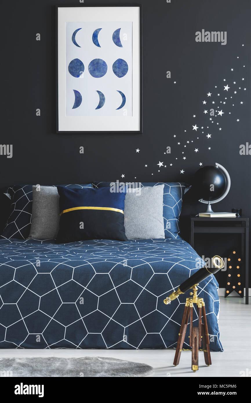 Teleskop Neben Marineblau Bett Gegen Dunkle Wand Mit Sterne Aufkleber Und  Poster Im Schlafzimmer Innenraum