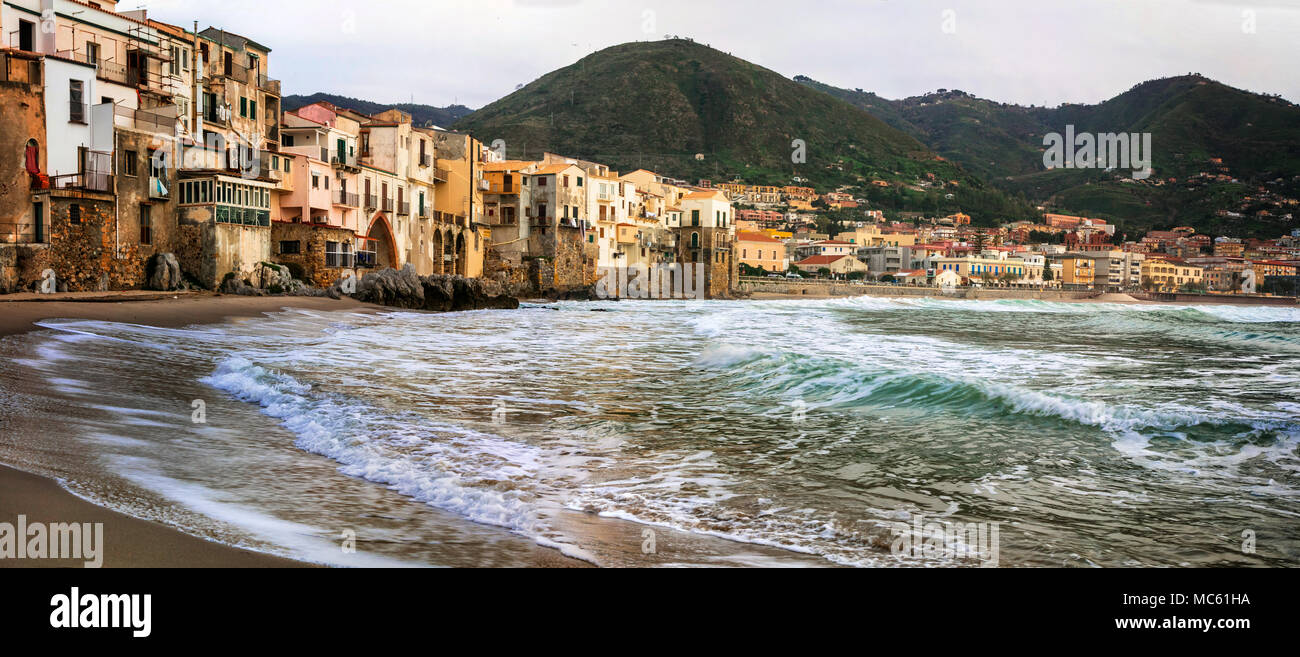 Schöne Cefalu' Dorf, mit Blick auf das Meer und die Berge, Sizilien, Italien. Stockbild