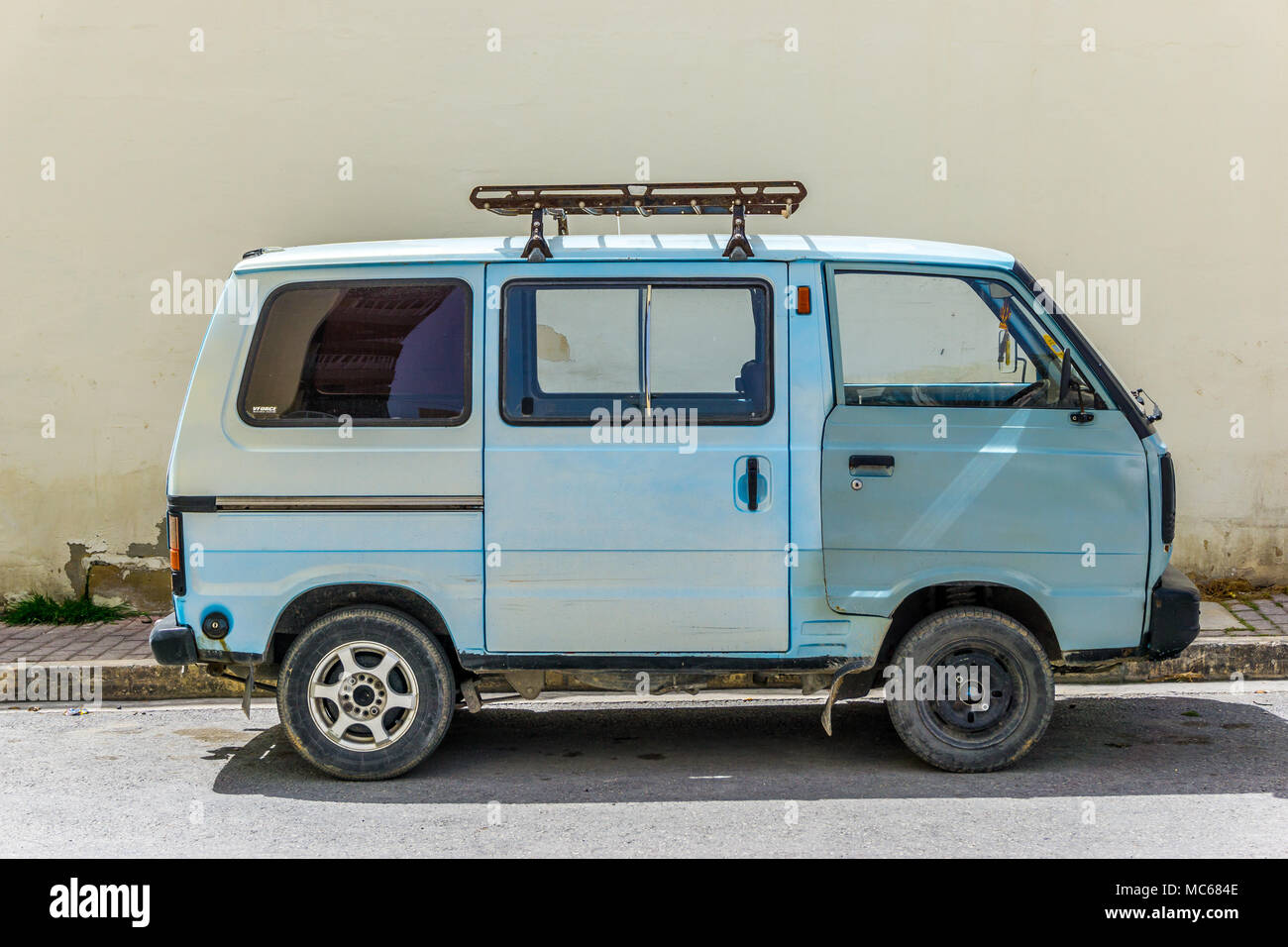 Einen Alten Blauen Kleinbus Auf Der Strasse In St Pauls Bay Malta