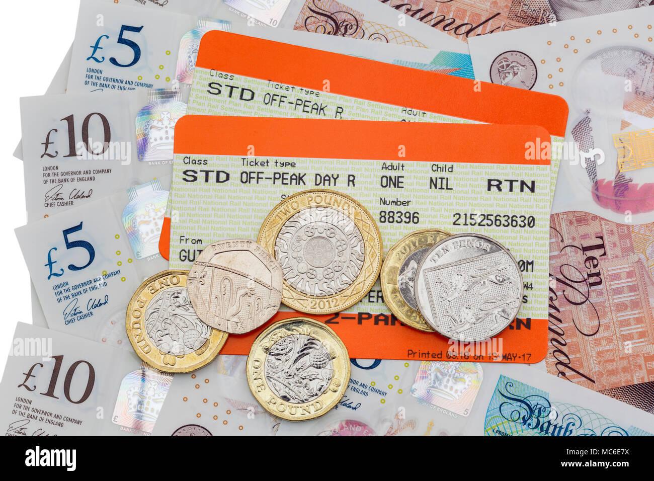 Zwei britische Bahn Tickets für Standard außerhalb der Hauptverkehrszeiten und Bahn mit fünf und zehn Pfund Noten und neue Pfund Münzen zurück. England Großbritannien Großbritannien Stockbild