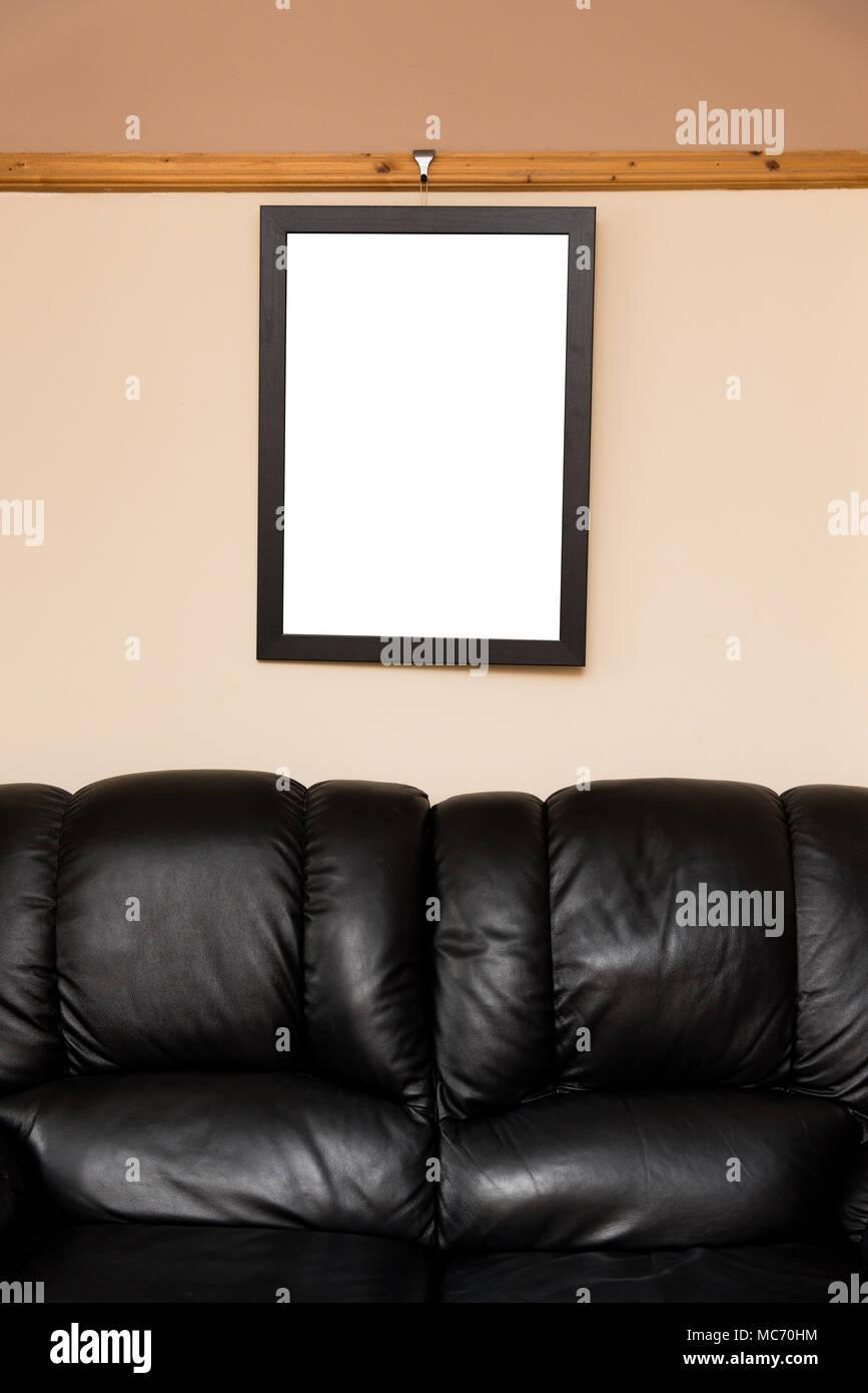 Leeren Bilderrahmen hängen an einem dado Rail im Wohnzimmer ...