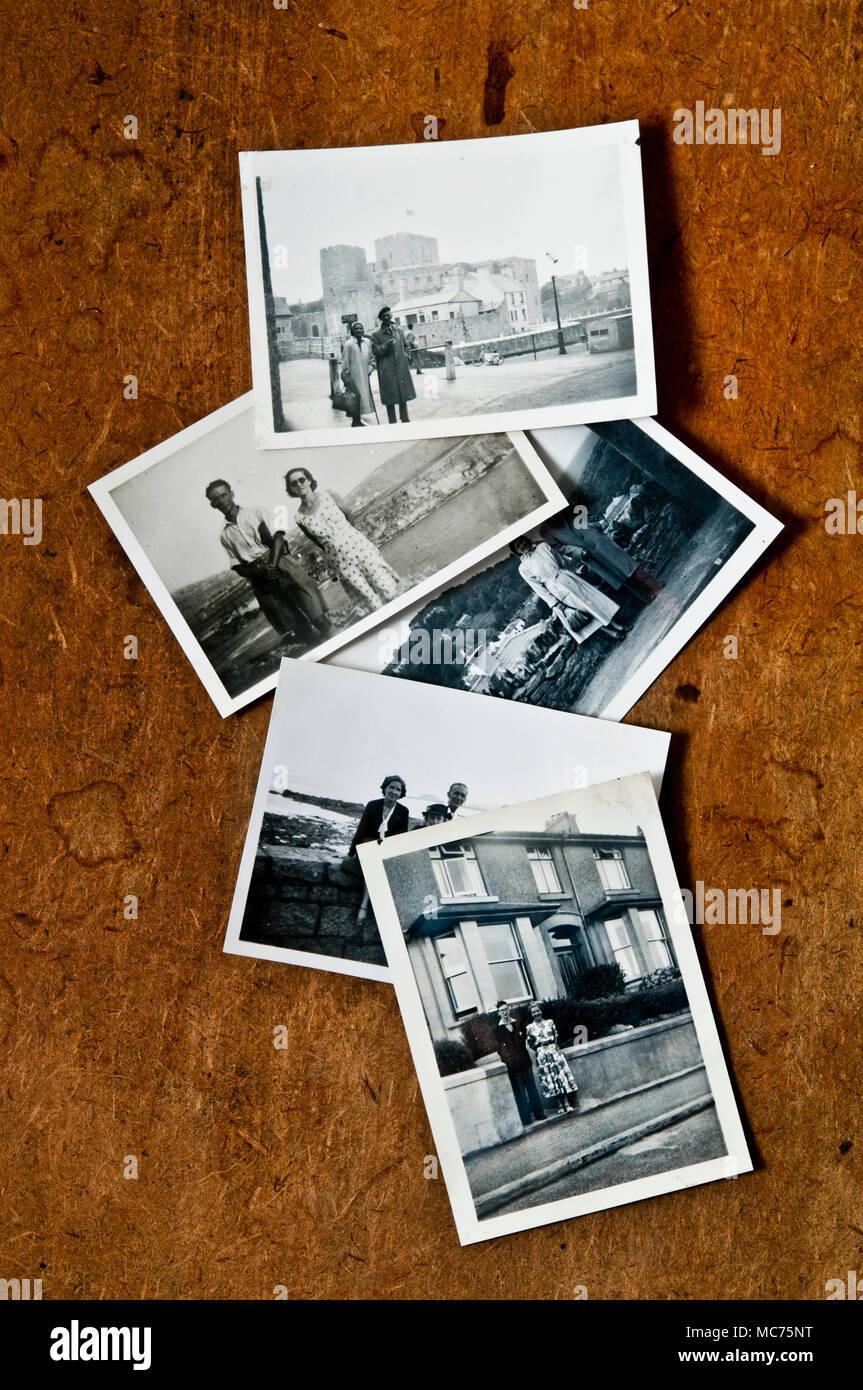 Alte Fotos aus den 70er Jahren auf einem Tisch, Nostalgie und Erinnerungen Konzept verstreut Stockbild