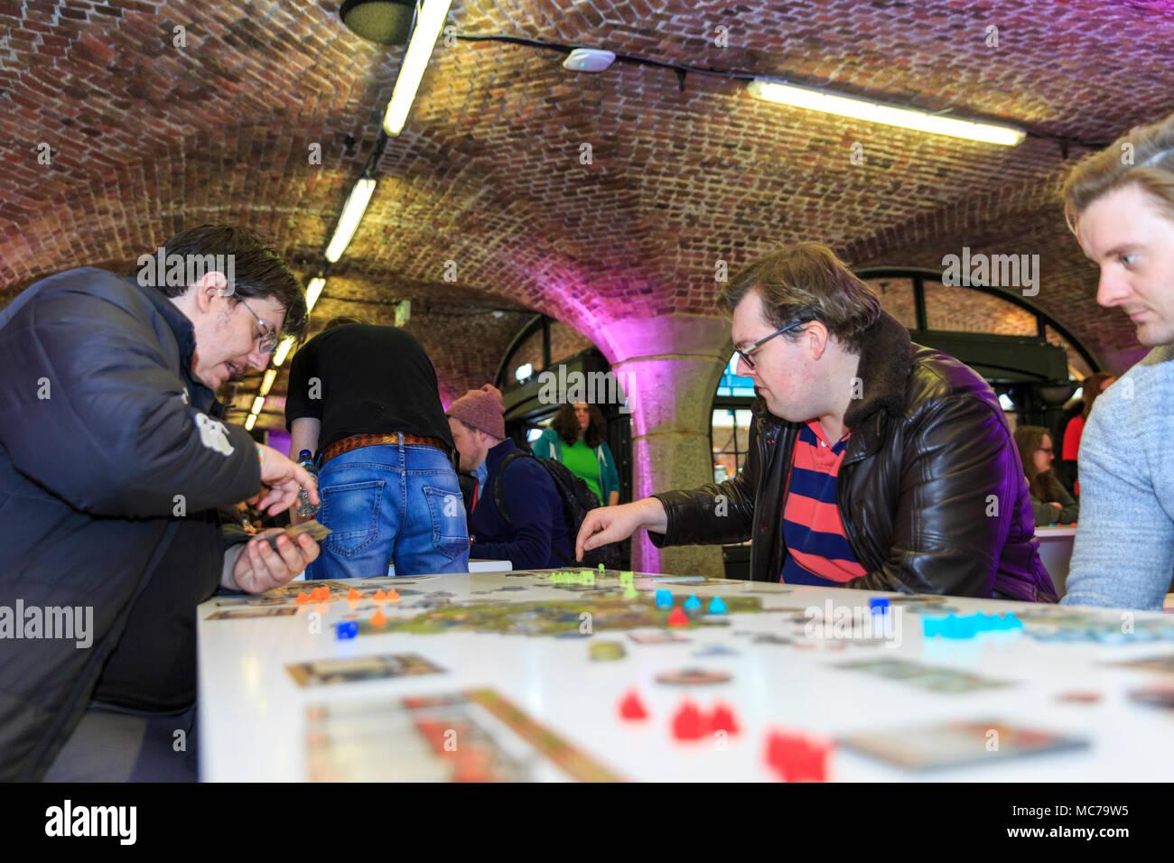 Tabak Dock, London, 13. April 2018. Altmodische Gesellschaftsspiele sind ebenso beliebt bei den Besuchern. EGX Rezzed spiele Veranstaltung nimmt Teil an Tabak Dock in East London als Teil von London Spiele Woche dieses Jahr von April 13th-15th. Es spielbar Spiele, einschließlich Retro und Gesellschaftsspiele, Erfinder, Entwickler und Job Beratung und einige hinter den Kulissen Einblicke in die Gaming Industrie. Credit: Imageplotter Nachrichten und Sport/Alamy leben Nachrichten Stockfoto