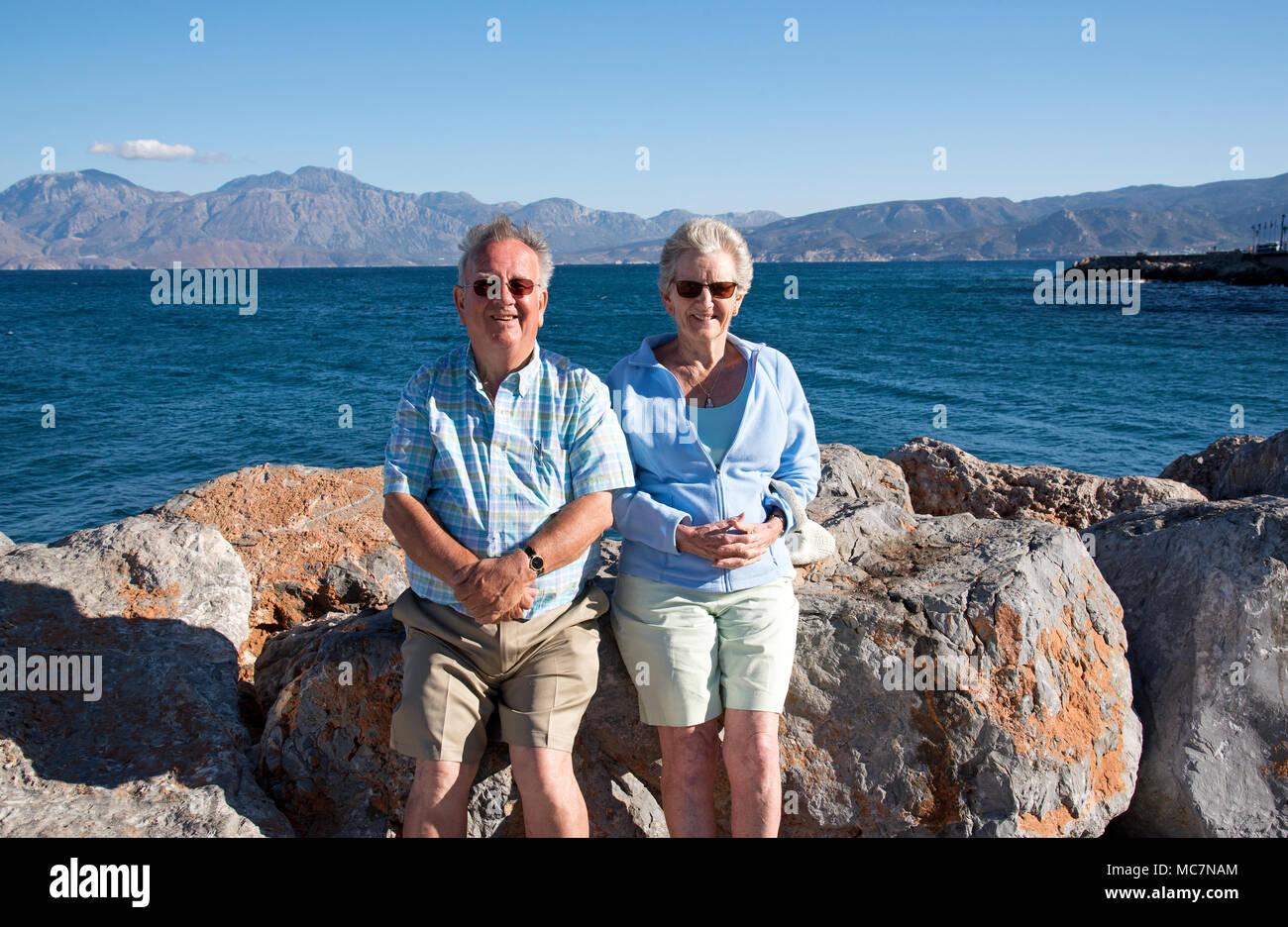 ältere Paare Im Urlaub Am Meer In Kreta Griechenland Sommer 2017
