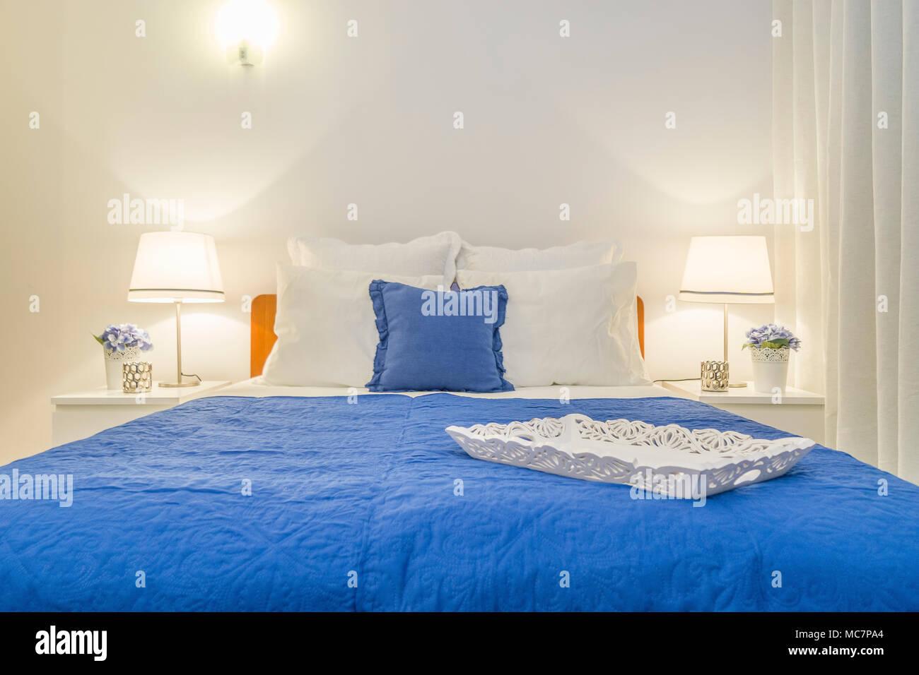 Holz- fach Dekoration elegante Schlafzimmer mit weißen und blauen ...