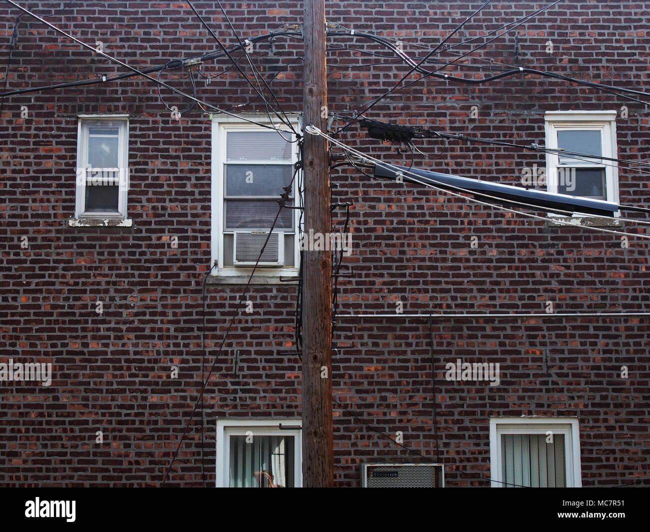 Blick auf Backsteingebäude und Utility Drähte, Brooklyn, USA, 2017 © katharine Andriotis Stockfoto