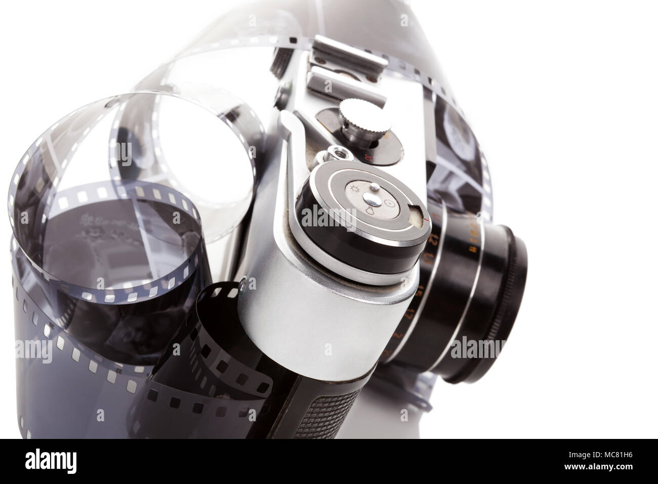 Analoge alten retro kamera mit zelluloid gedreht auf weißem