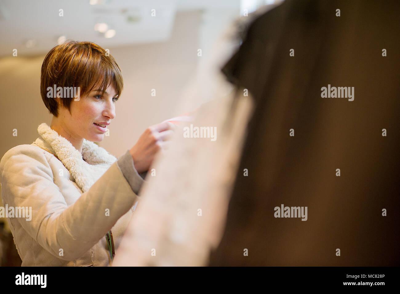 Frau im Bekleidungsgeschäft einkaufen Stockbild