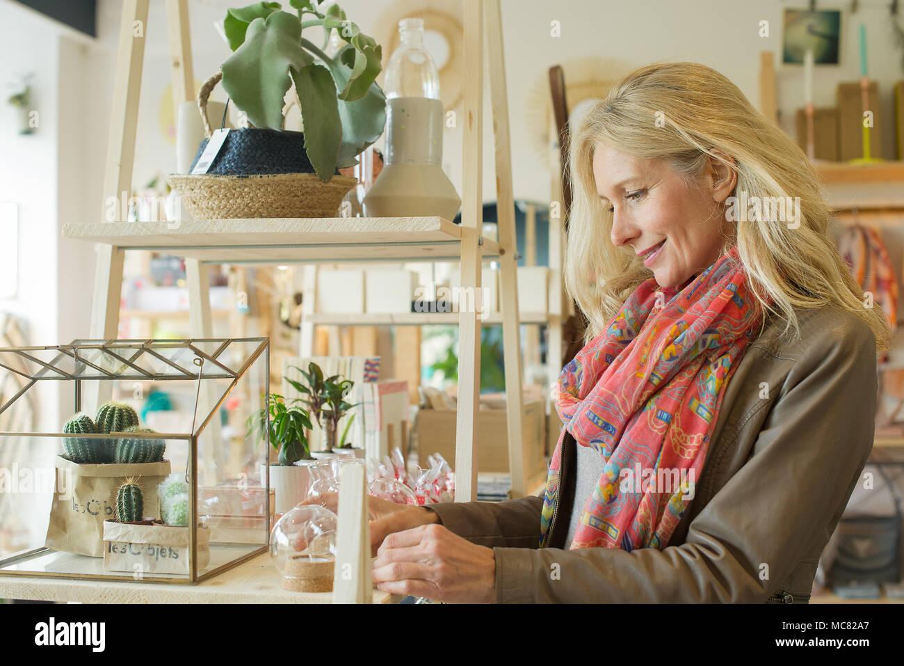 Reife Frau einkaufen in Home Dekoration store Stockbild