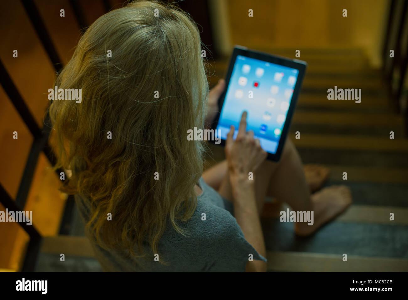 Frau mit digitalen Tablette zu Hause Stockbild
