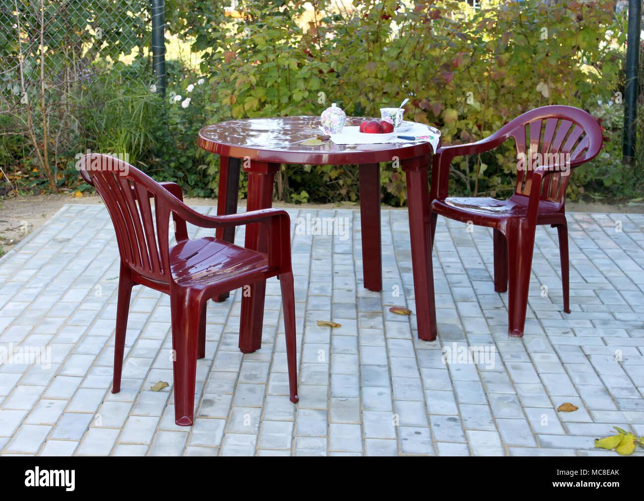 Tisch Und Stuhle Aus Kunststoff Im Herbst Im Garten Stockfoto Bild