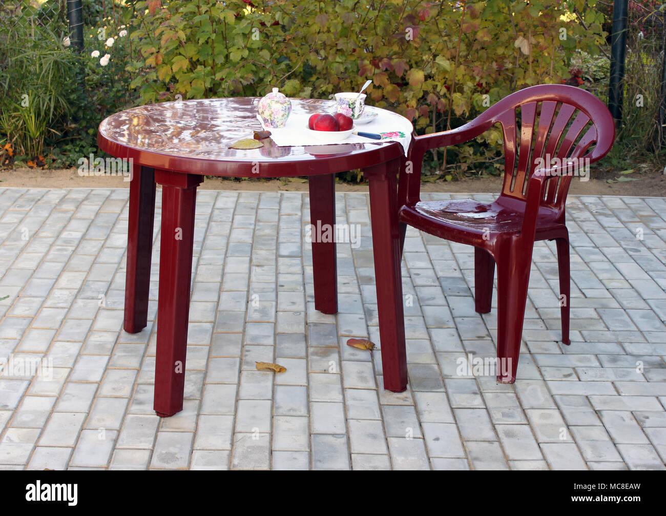 Kunststoff Möbel Im Herbst Im Garten In Der Nähe Eines Country House
