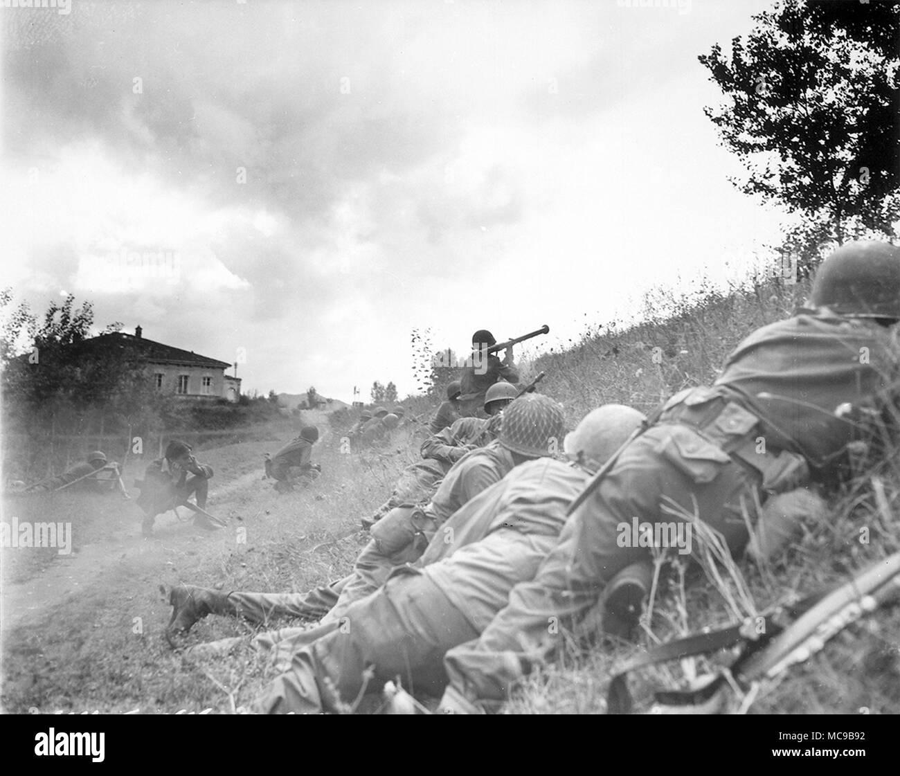 """Panzerfaust, Soldat feuert einen M1 """"Bazooka"""". Tragbare rückstoßfreie Anti-tank Rocket Launcher Waffe, weithin von der United States Army auffing. Stockbild"""
