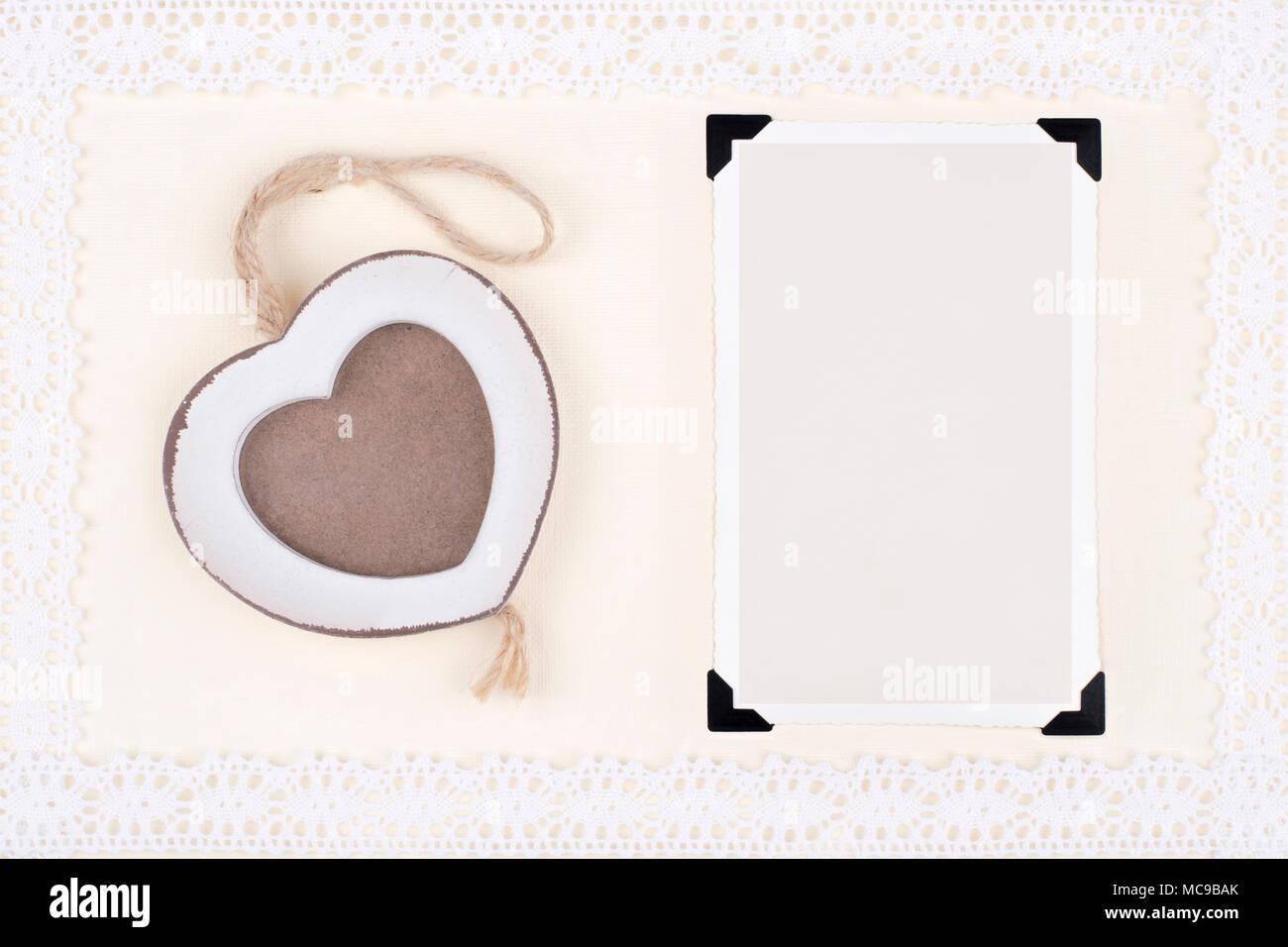 Zwei alte Bilderrahmen (eine in Holz Herz Form) auf Dekorpapier mit ...