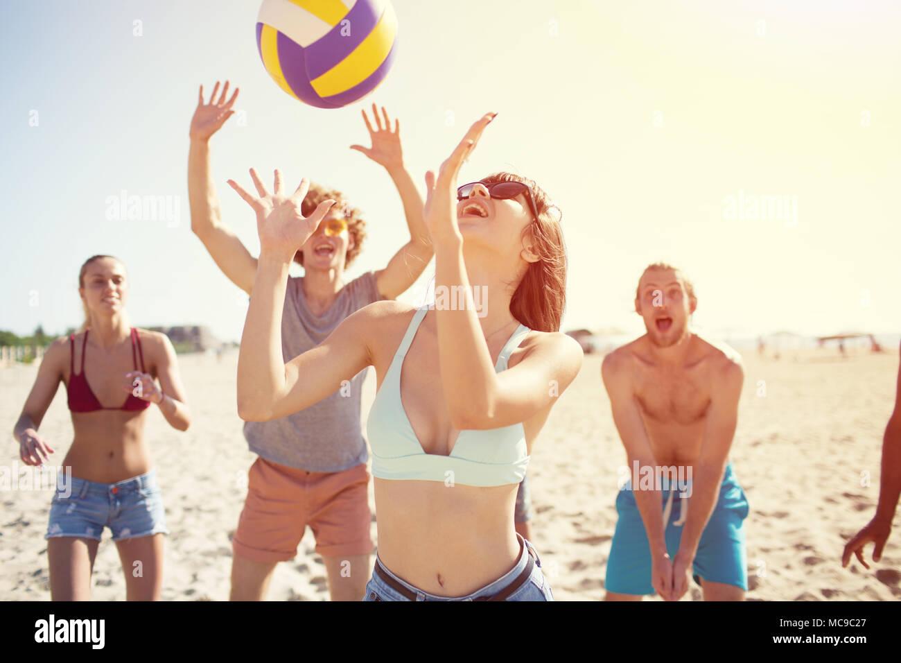Gruppe von Freunden zu Beach-Volleyball am Strand spielen Stockbild