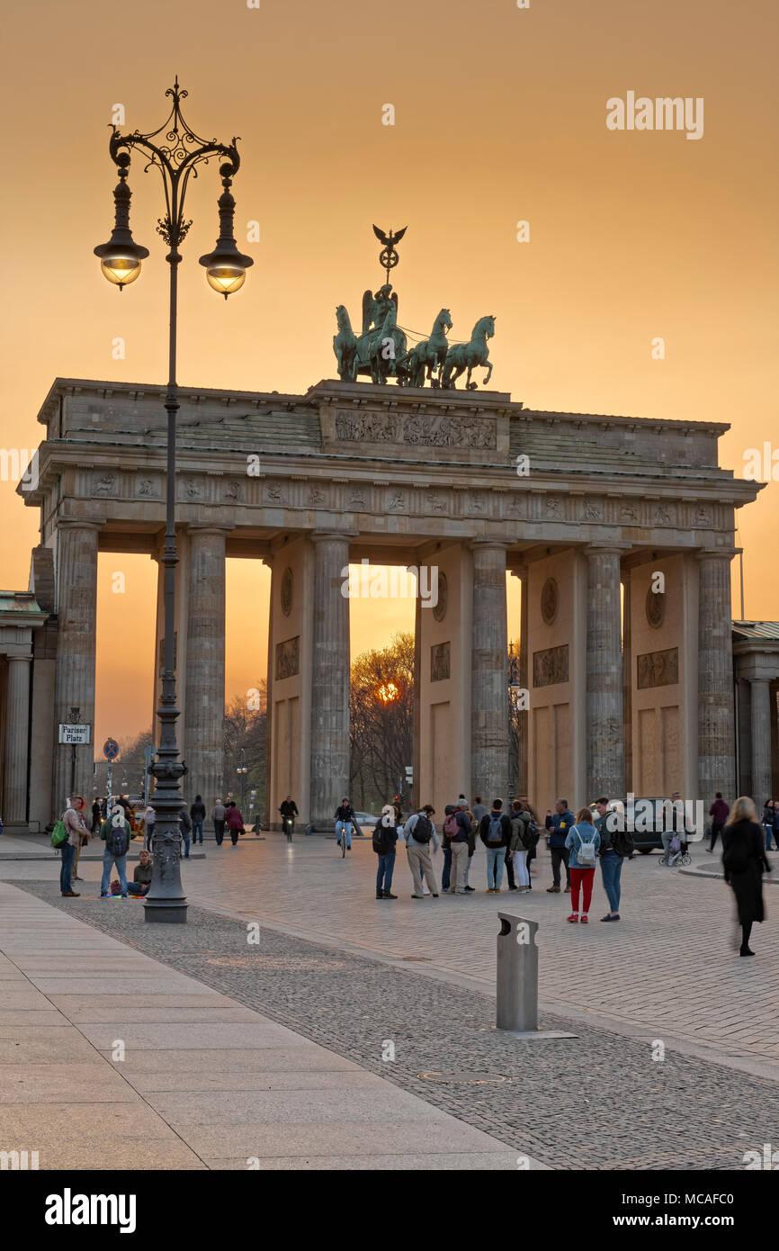 Das Brandenburger Tor ist ein aus dem 18. Jahrhundert neoklassischen Wahrzeichen Denkmal für die westlich von Pariser Platz im westlichen Teil Berlins. Stockfoto