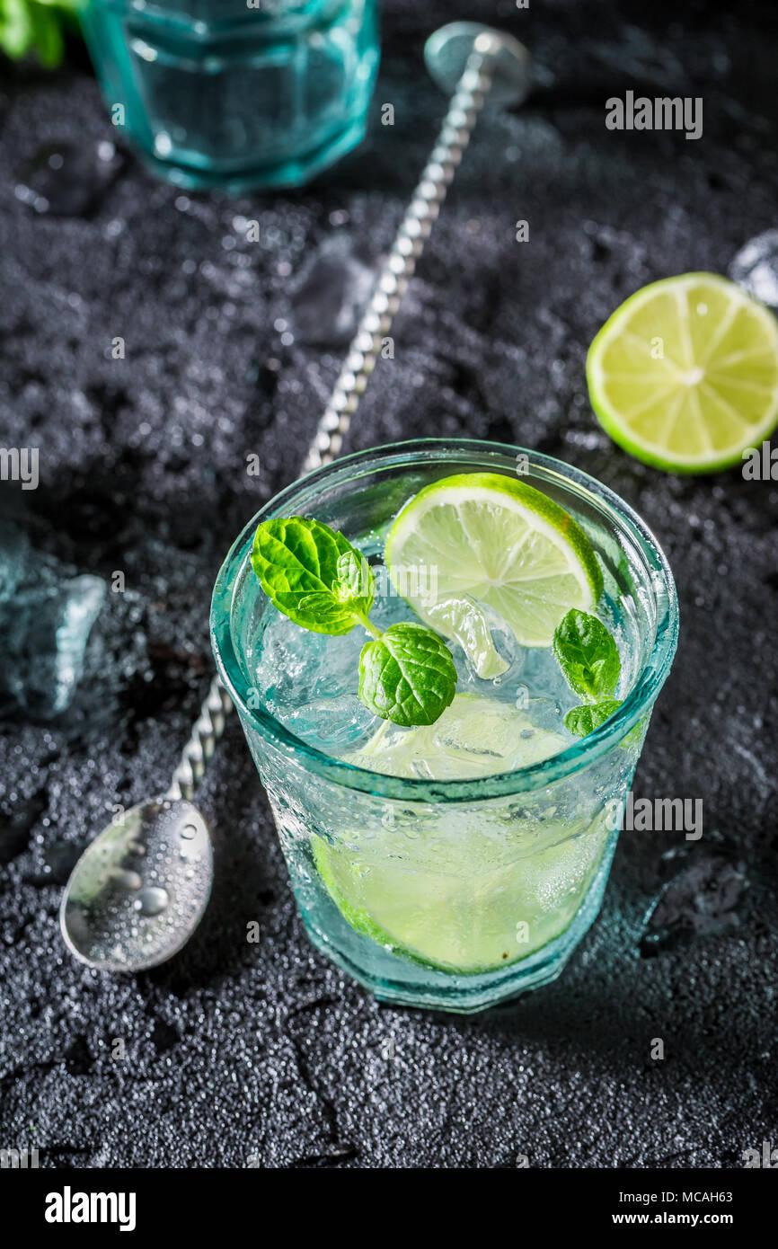 Kalten Cocktail aus Eis und Alkohol auf die Black Rock