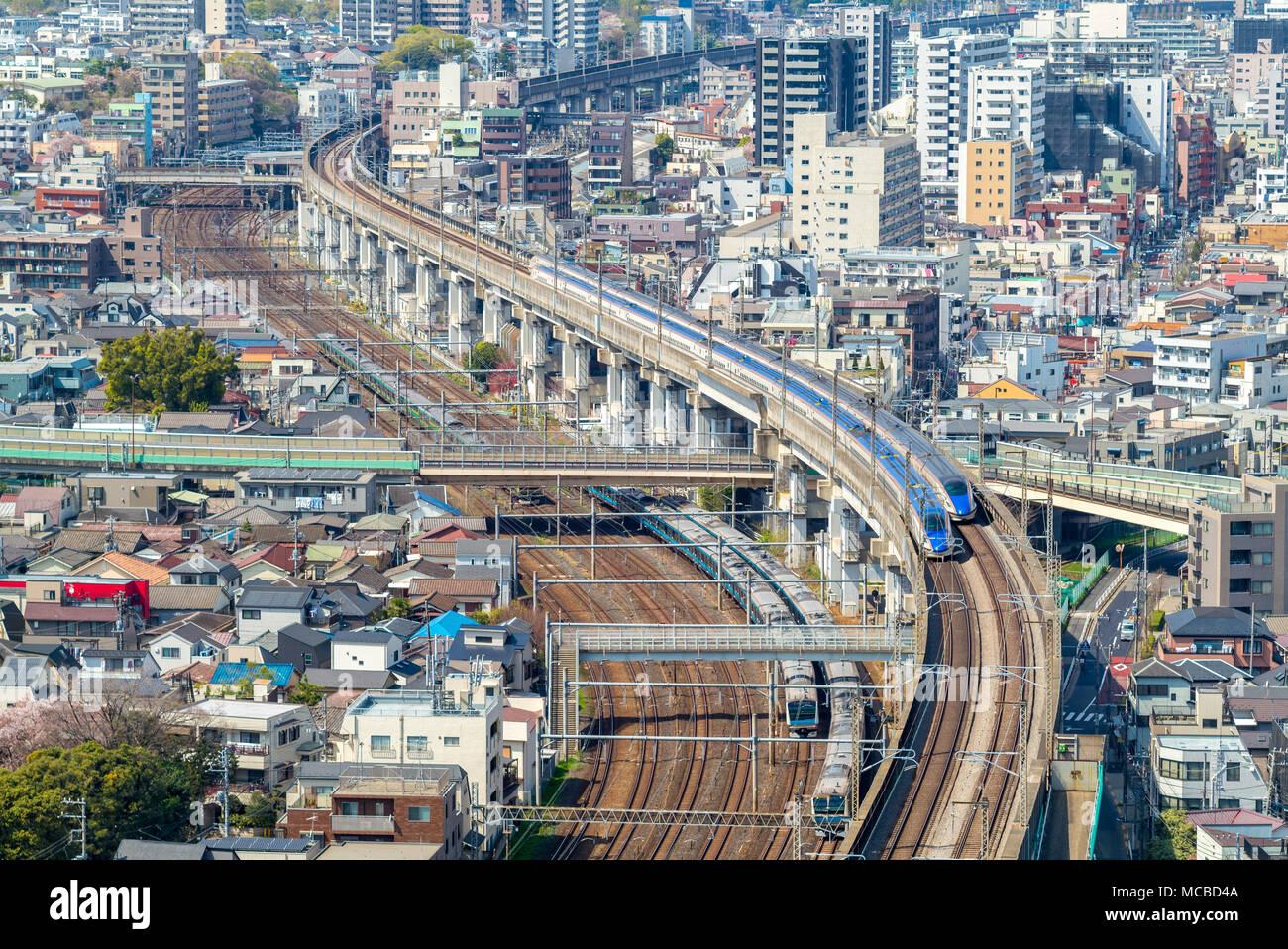 Eisenbahn- und U-Bahn von Tokio, Japan Stockbild