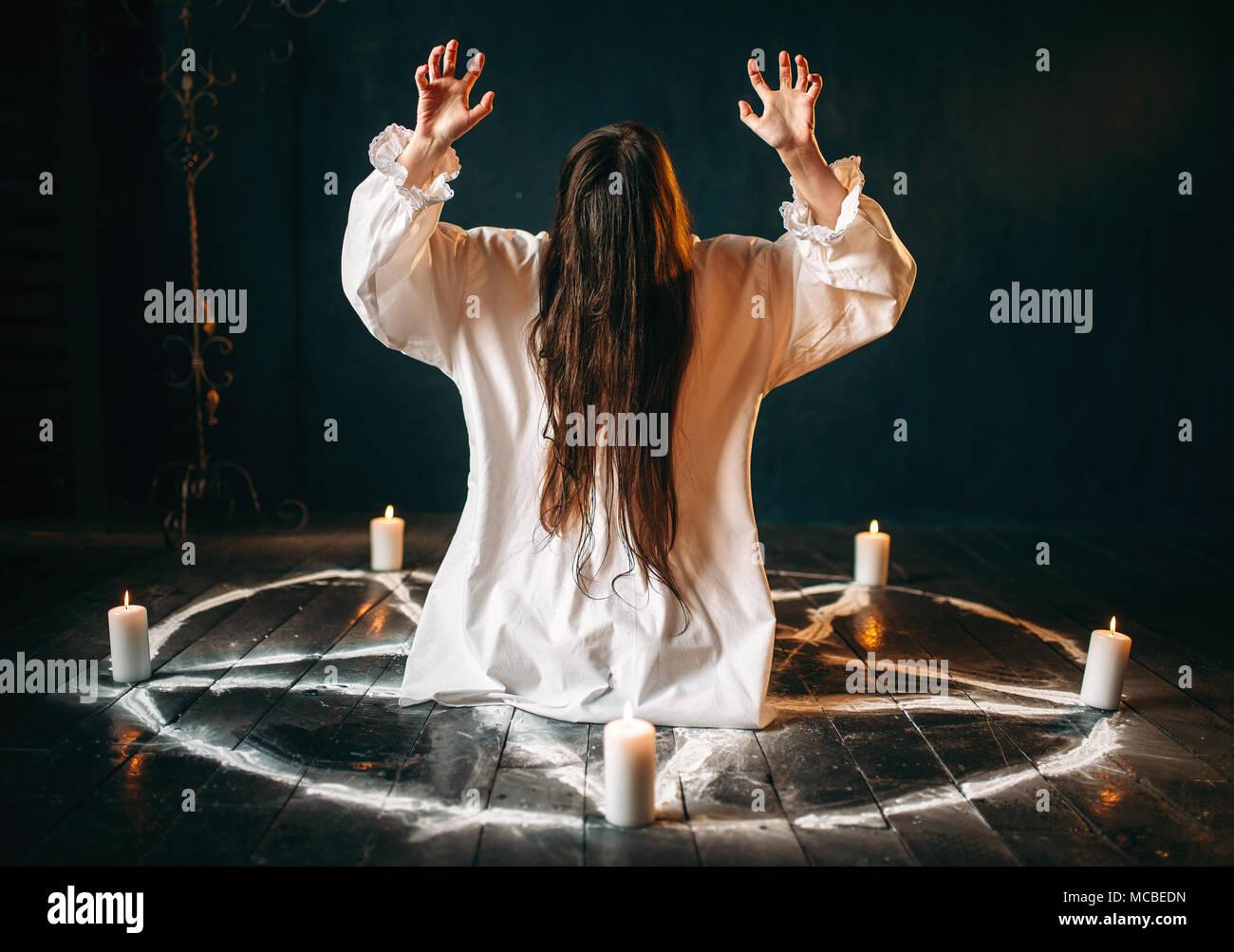 Hexe produziert okkulten Ritual in pentagramm Kreis Stockbild