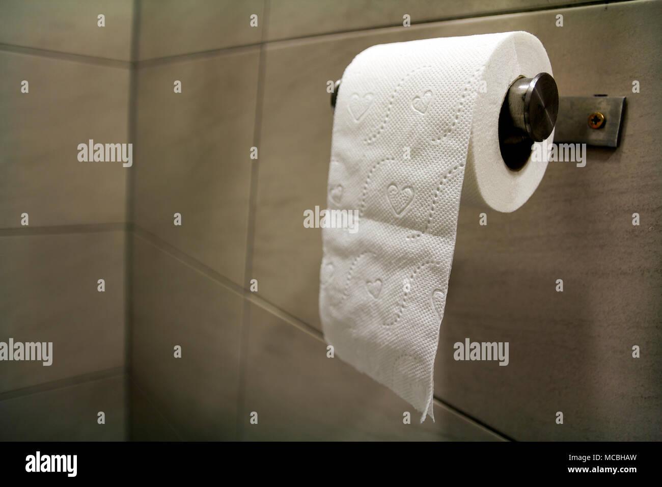 In Der Nahe Von White Soft Tissue Papier Rolle Im Badezimmer