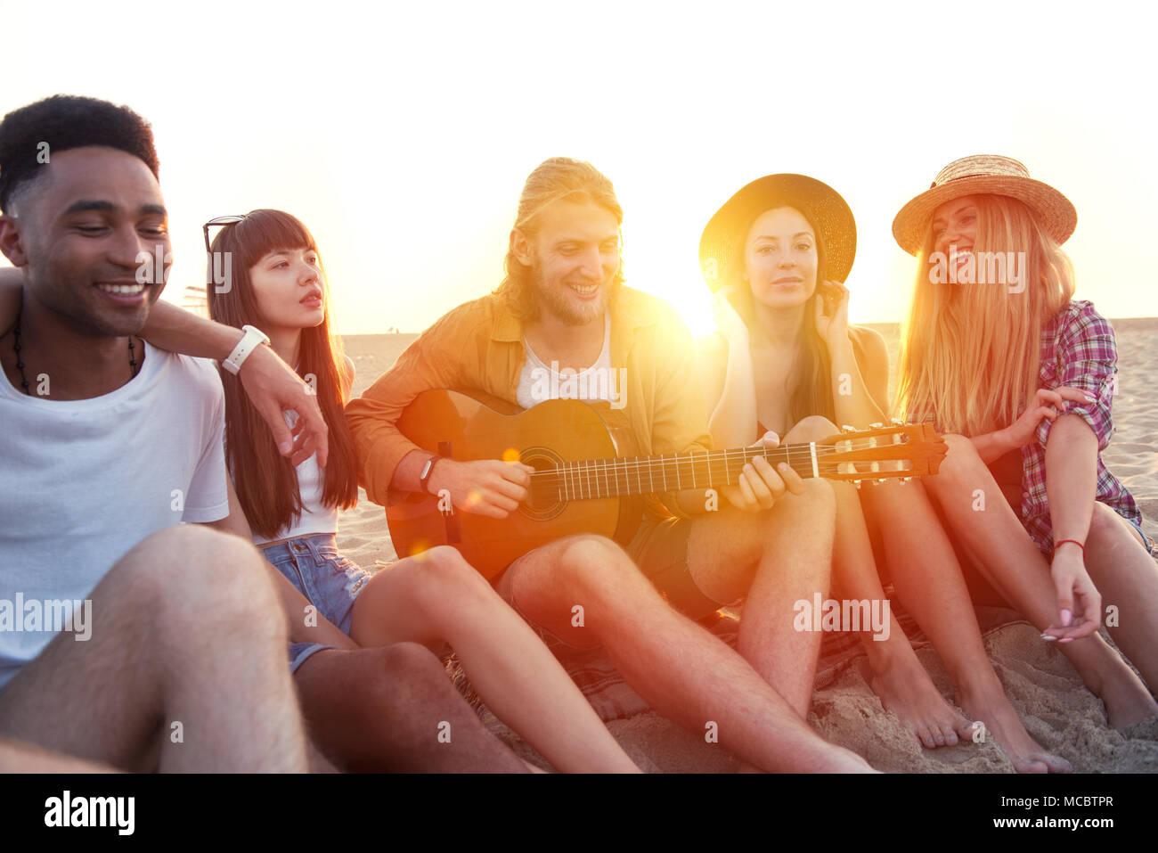 Glückliche Gruppe von Freunden mit Party am Strand Stockbild