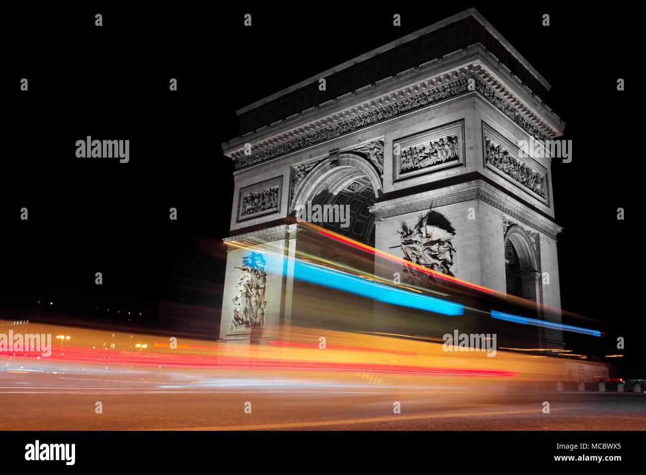 Paris Arc de Triomphe (Triumphbogen) in der Nacht, Frankreich Stockbild